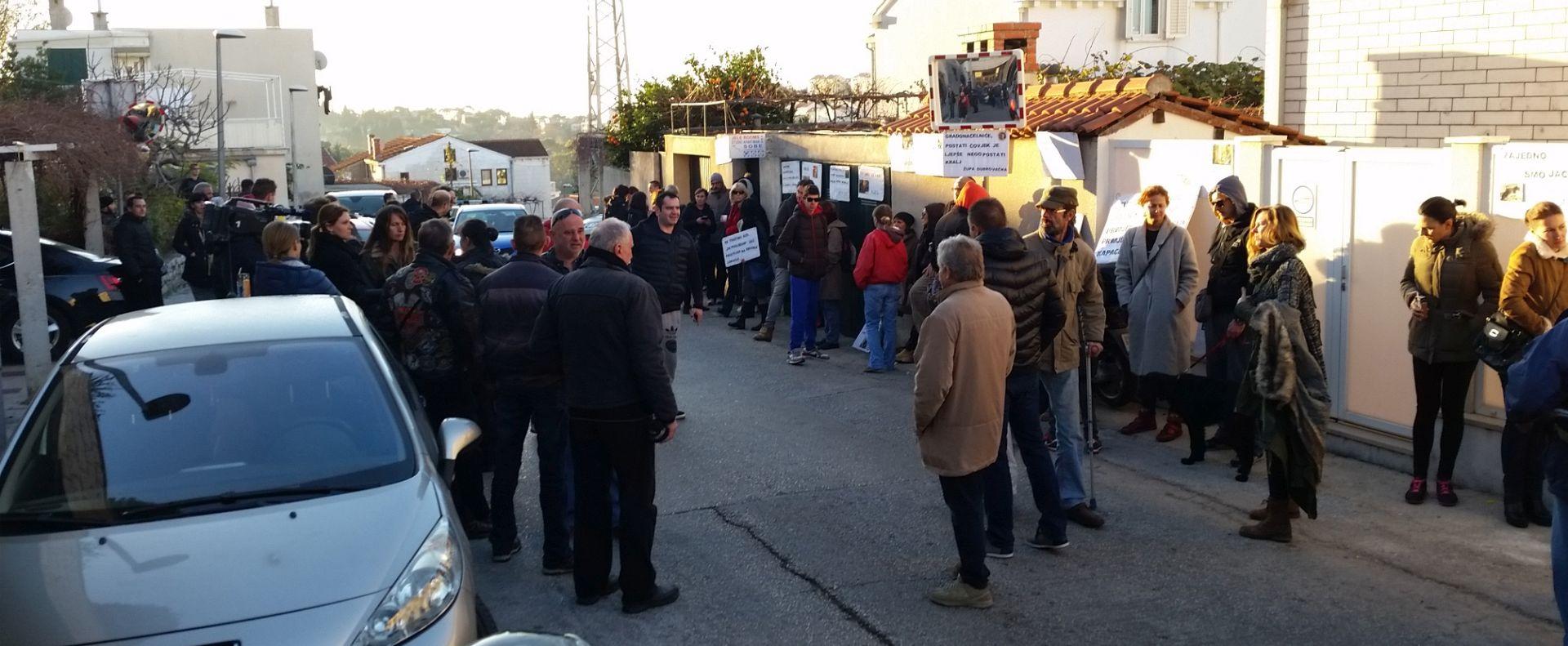 Dubrovnik: Društvo za zaštitu životinja prosvjedovalo ispred kuæ