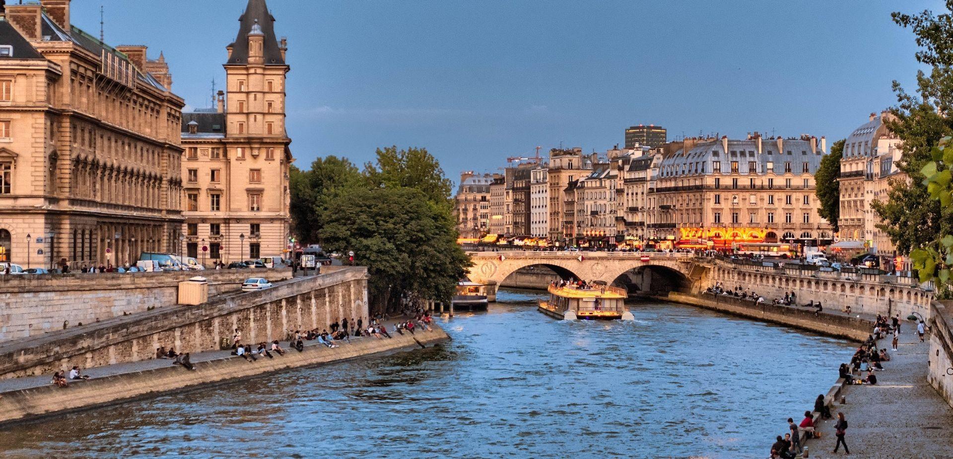 NAPAD ISPRED ŠKOLE Maskirani napadač izbo učitelja u Parizu, napad povezan s Islamskom državom?