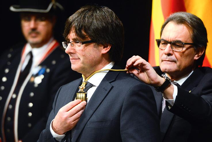 Novoizabrani predsjednik Katalonije Carles Puigdemont nije želio položiti zakletvu na ceremoniji prisezanja, a odbio je prisegnuti i nad španjolskim Ustavom koji ne dopušta referendum o neovisnosti. FOTO: DAVID RAMOS/GULIVER/GETTY IMAGES