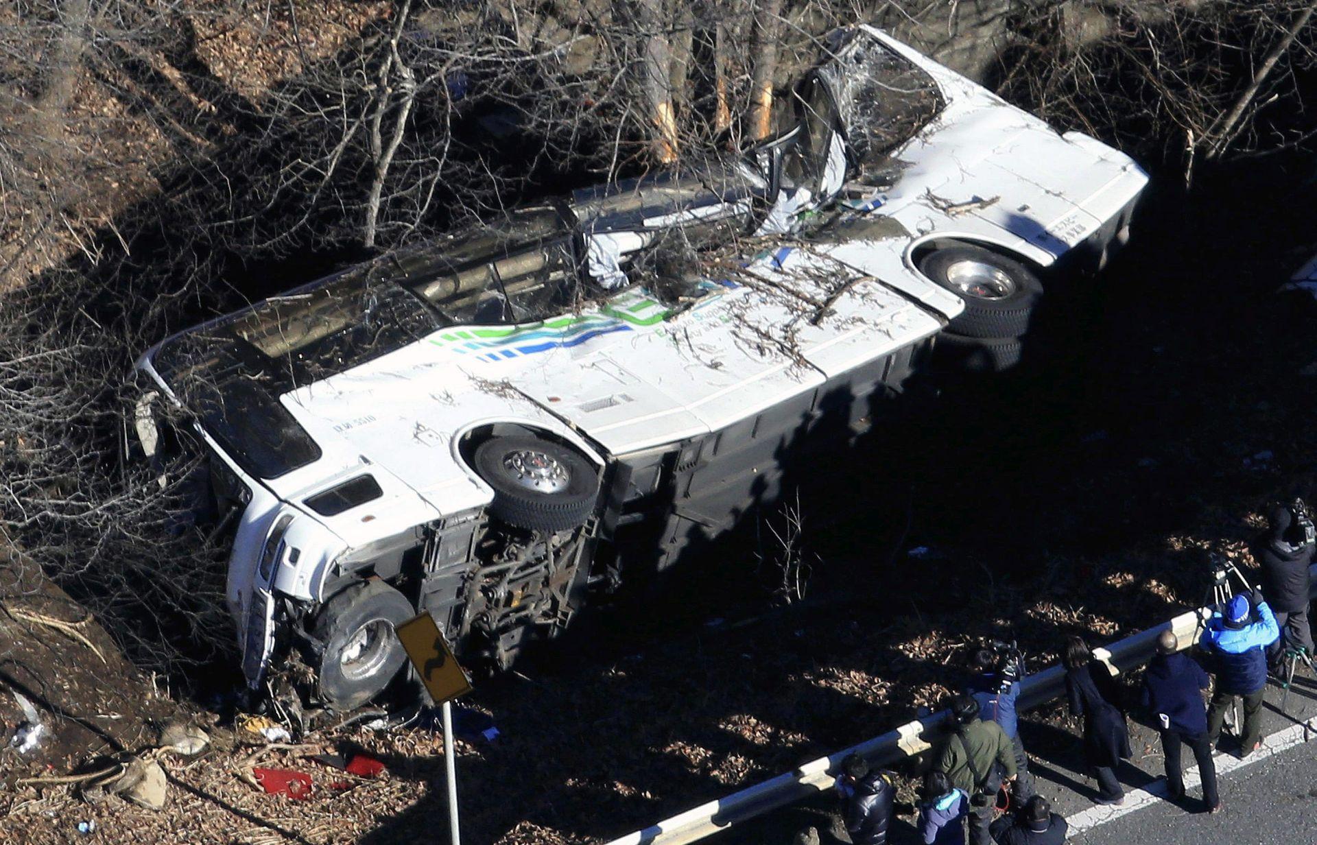 JAPAN Četrnaest poginulih u prevrtanju autobusa s planinske ceste