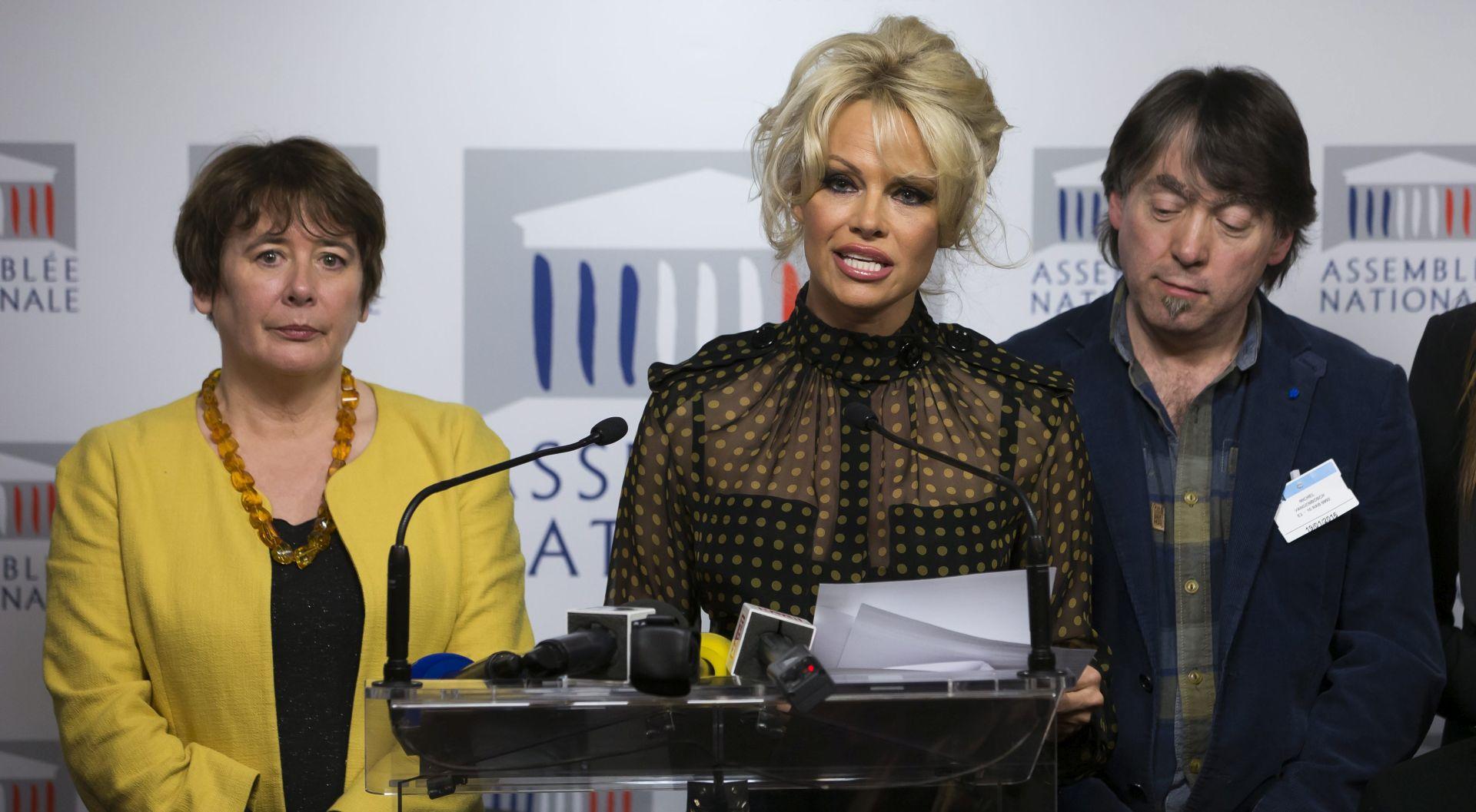 VIDEO: TRAŽI ZABRANU ŠOPANJA GUSAKA Pamela Anderson izazvala pomutnju u francuskom parlamentu