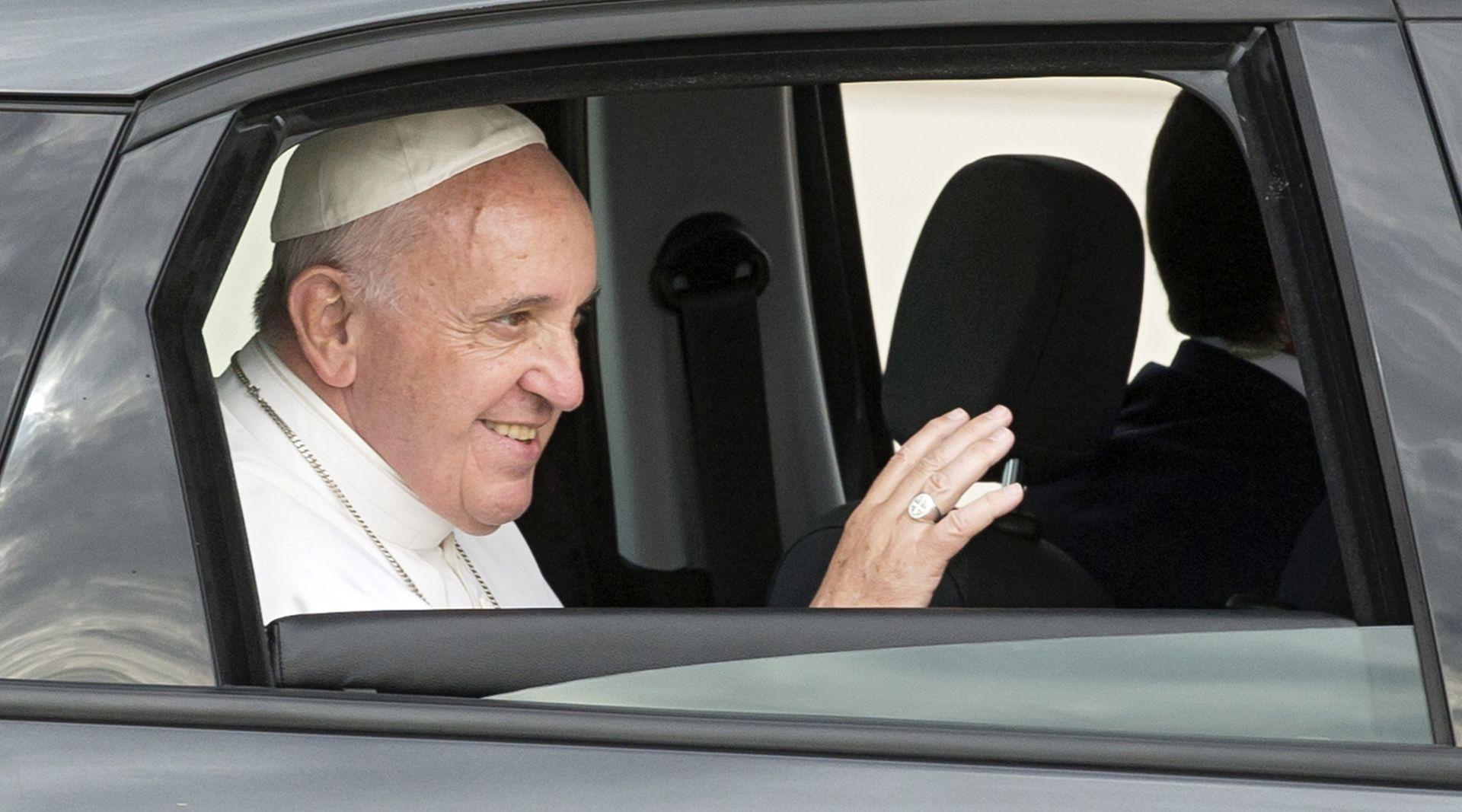 Papa Franjo protiv zbrke koja vlada u vezi s brakom