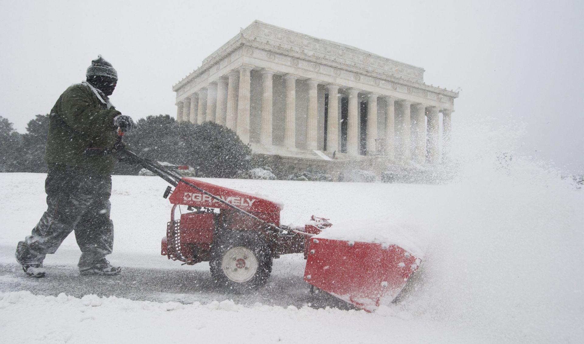 SNAŽNA SNJEŽNA OLUJA U SAD-U Otkazano tisuće letova, očekuje se do 90 cm snijega, najmanje osmero ljudi poginulo