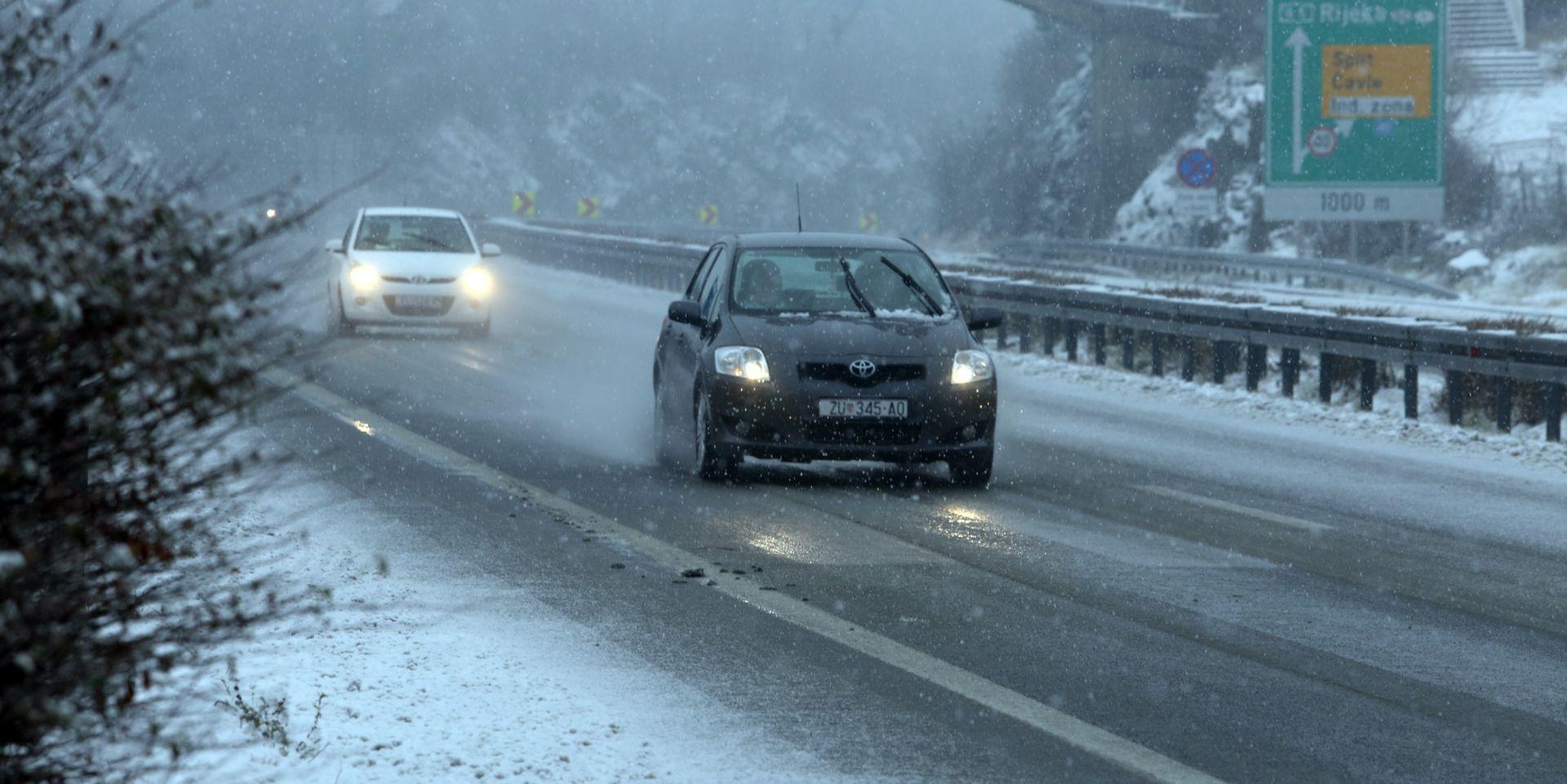 VOZAČI OPREZ: Snijeg u Gorskom kotaru i Lici