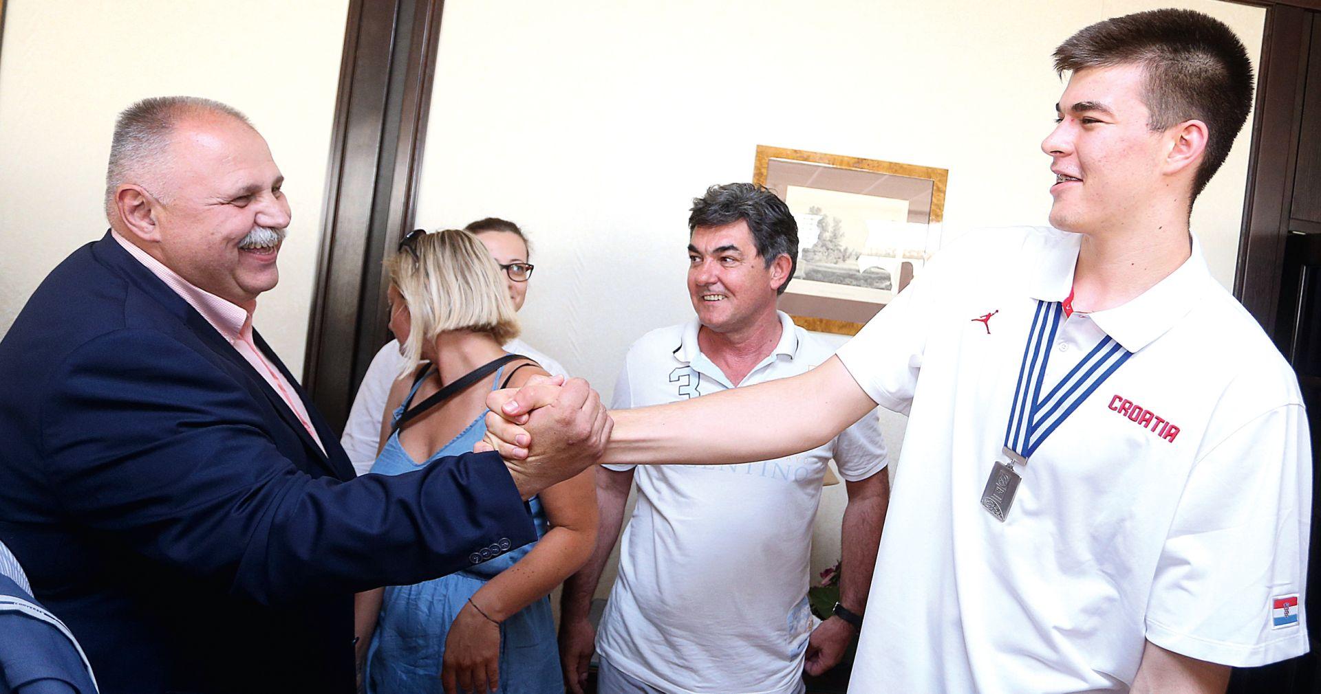 Ivica Zubac u mreži interesa menadžera, klubova i Hrvatskog košarkaškog saveza