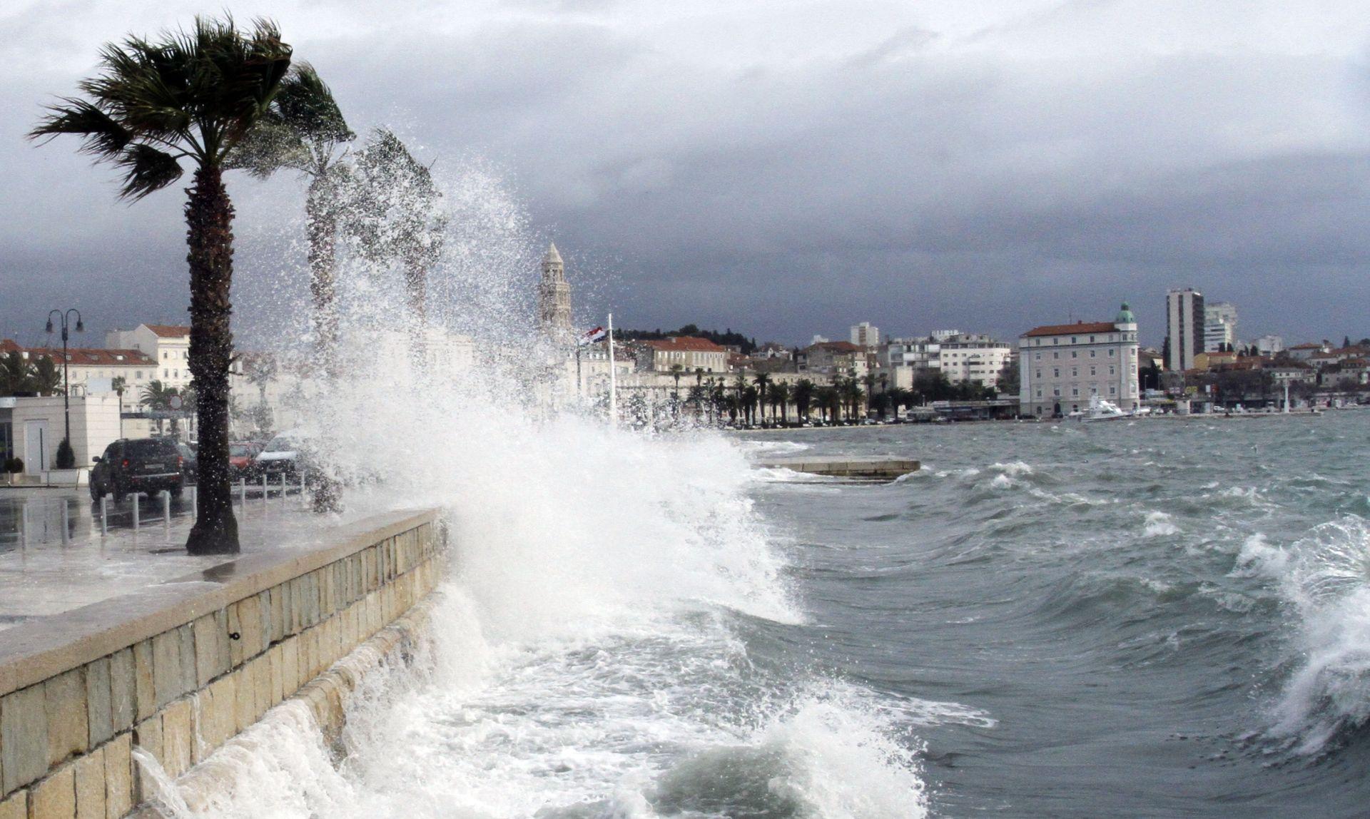 POSLIJEPODNE DJELOMIČNO RAZVEDRAVANJE Žuta upozorenja zbog olujnog vjetra i kiše