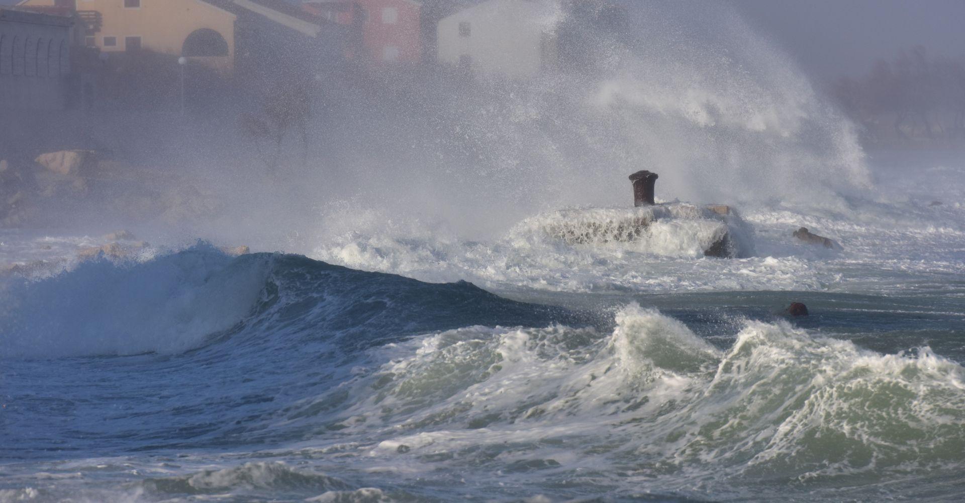 HAK Kolnici skliski i mokri, olujni vjetar otežava cestovni i pomorski promet