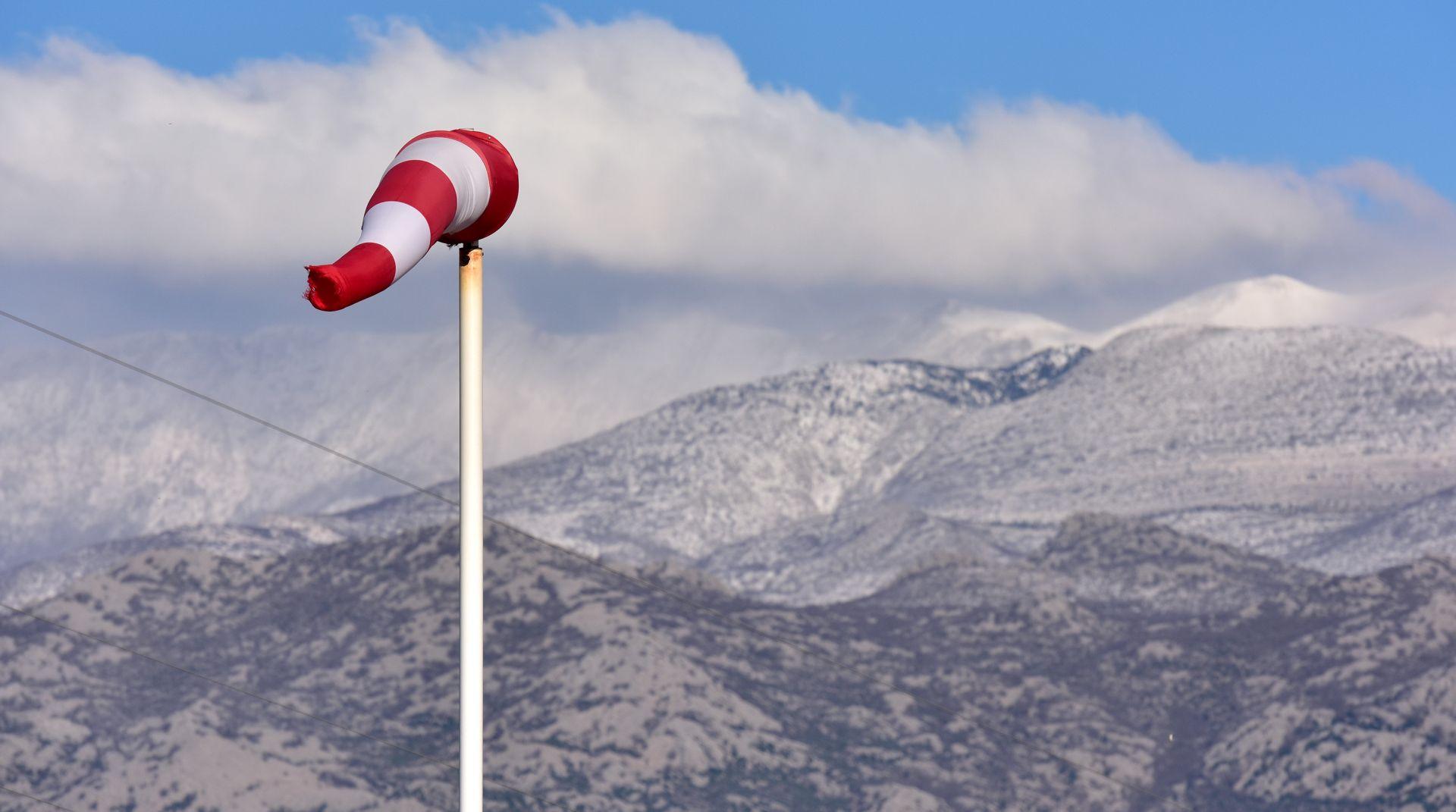 HAK Olujni vjetar otežava promet, u Lici zimski uvjeti