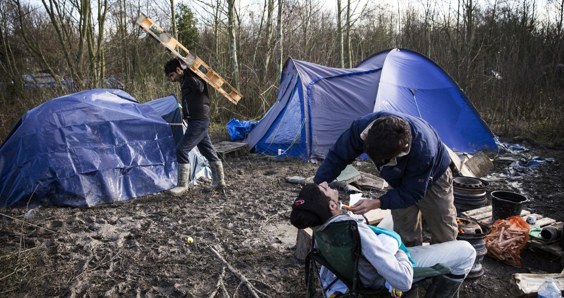 """""""DOSTOJANSTVENI UVJETI PRIHVATA"""": U Calaisu 2000 ljudi na skupu potpore migrantima"""