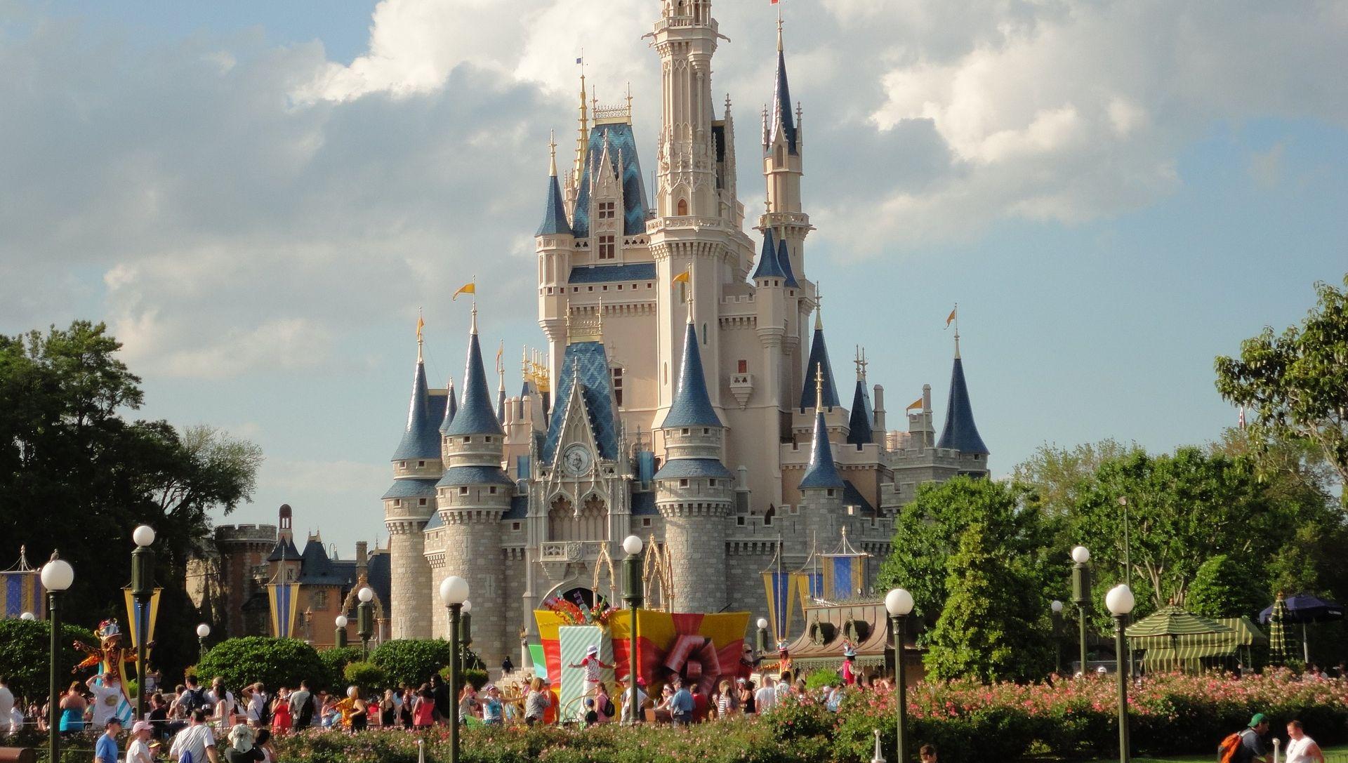 U pariškom Disneylandu uhićen muškarac, u torbi imao dva pištolja, u rukama Kuran