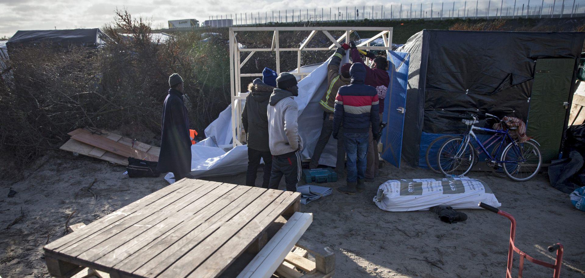 """ZBOG KRČENJA TERENA: Migranti iseljeni iz """"Džungle"""" u Calaisu"""
