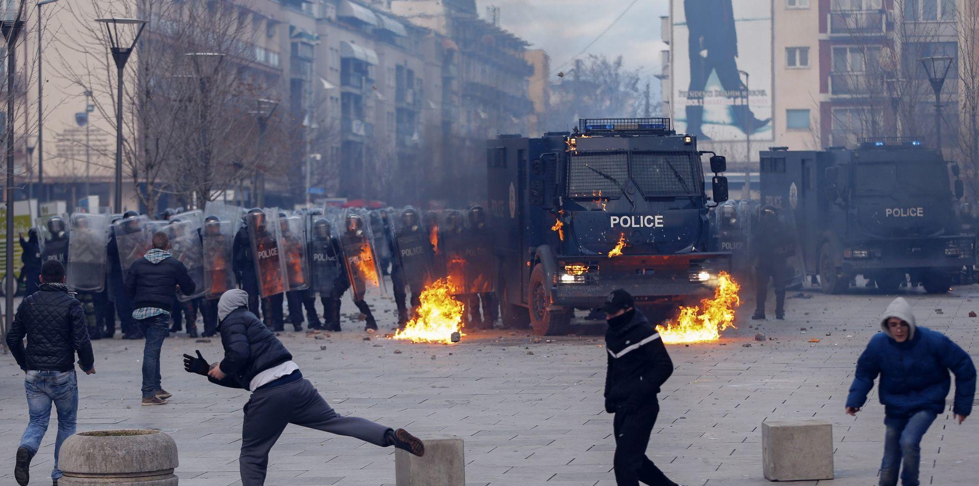 PROSVJEDI U PRIŠTINI: Molotovljevi kokteli izazvali požar u zgradi vlade