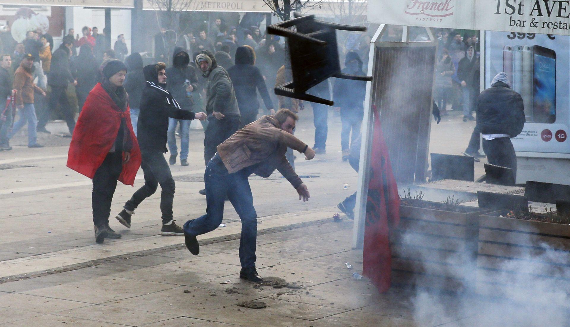 PROSVJEDI U PRIŠTINI: Ozlijeđeno 15 osoba, uhićena 24 prosvjednika