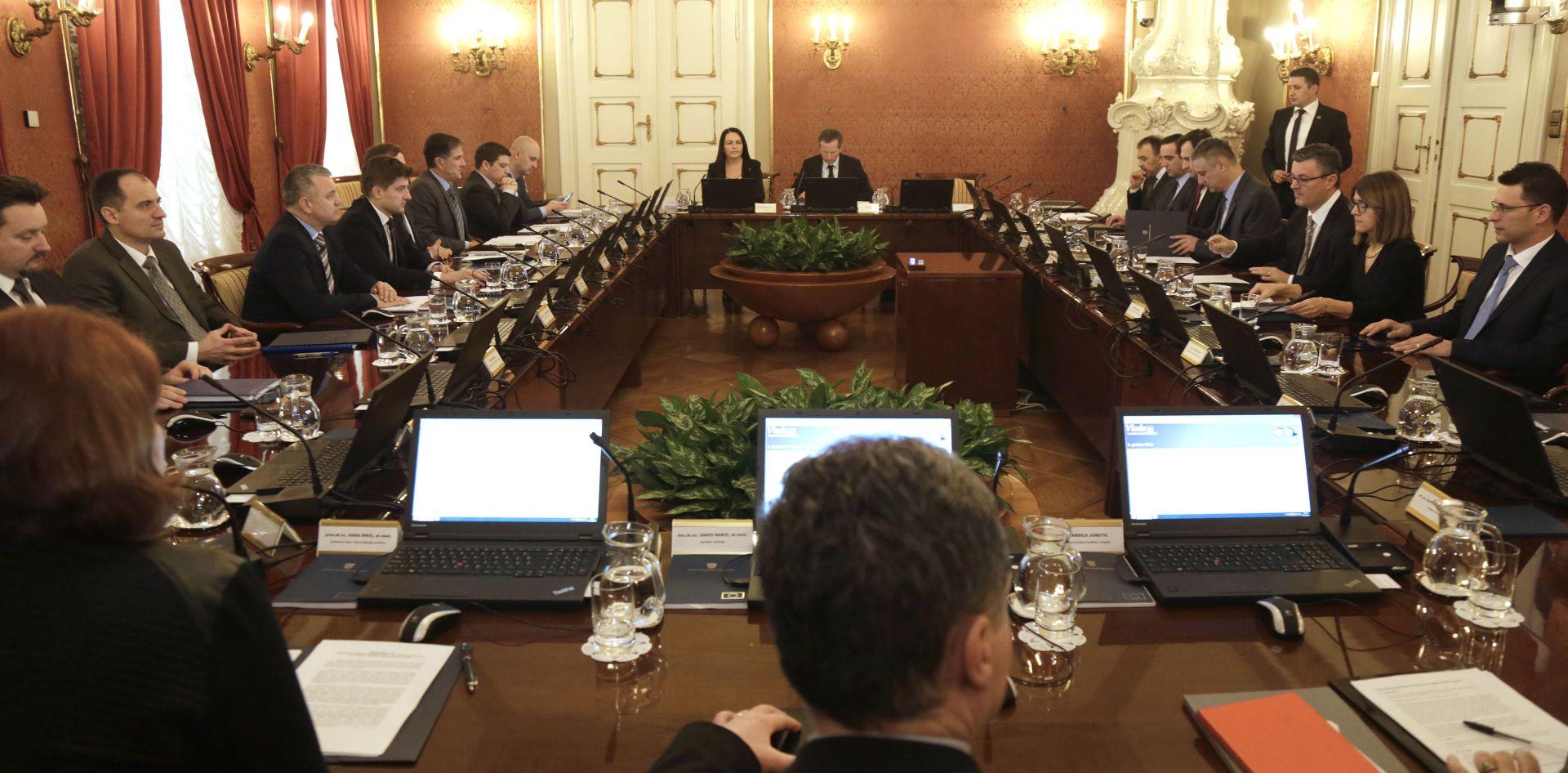 VLADA: Izmjenama zakona uskrata uvećanja plaća državnim i javnim službenicima