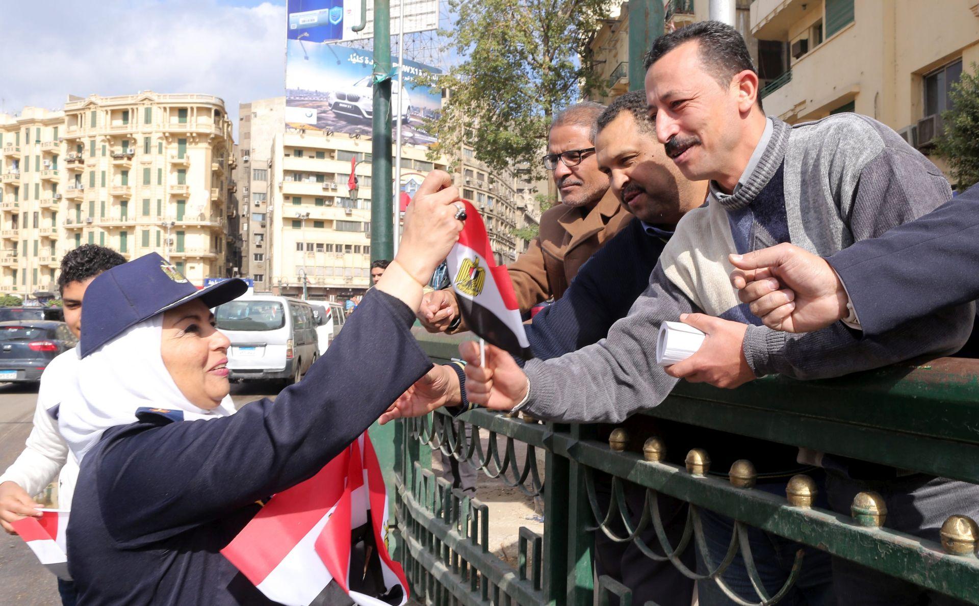 U ČAST EGIPATSKOJ POLICIJI: Stotinjak ljudi okupilo se na Tahriru