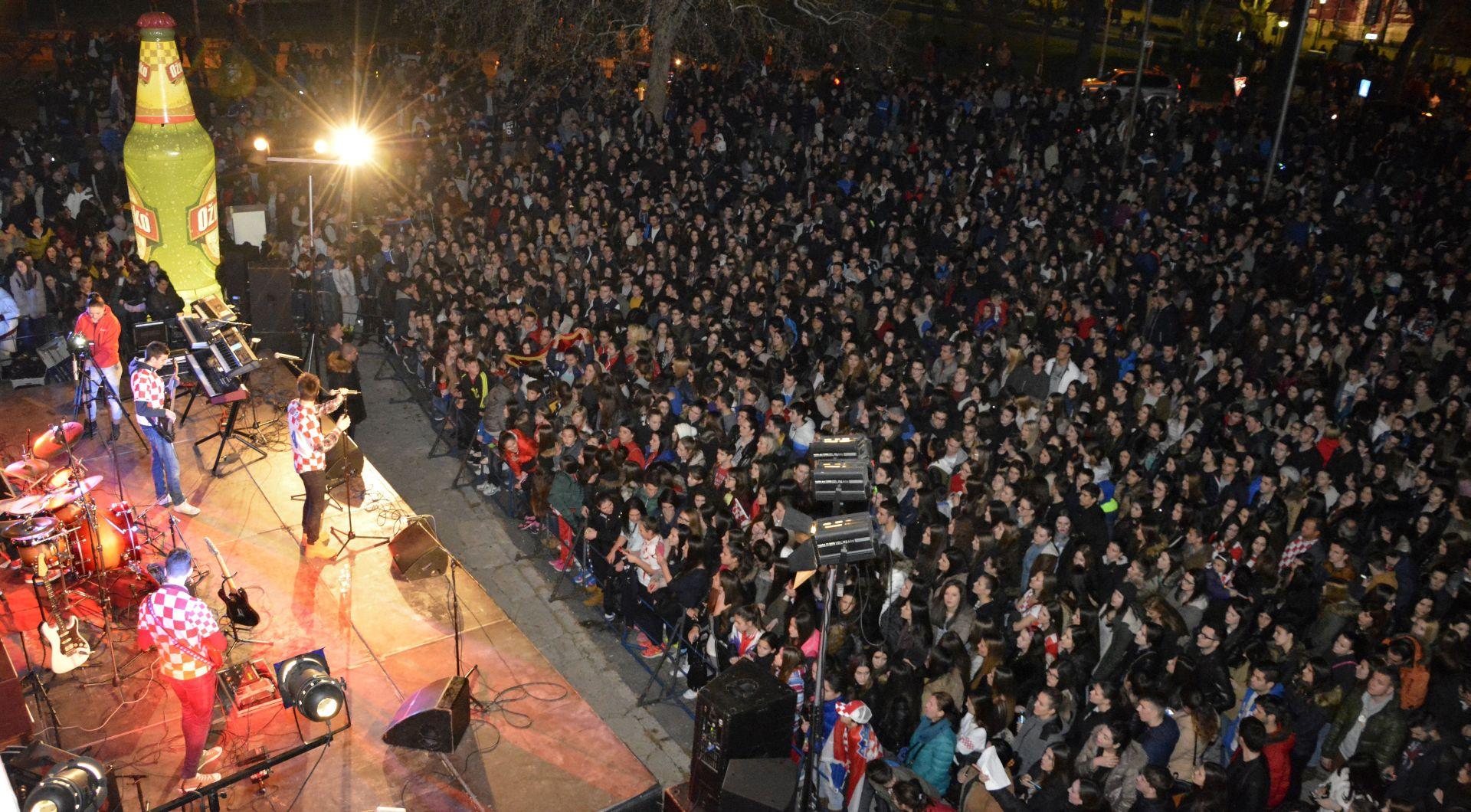 Više tisuća Mostaraca dočekalo brončanog Igora Karačića