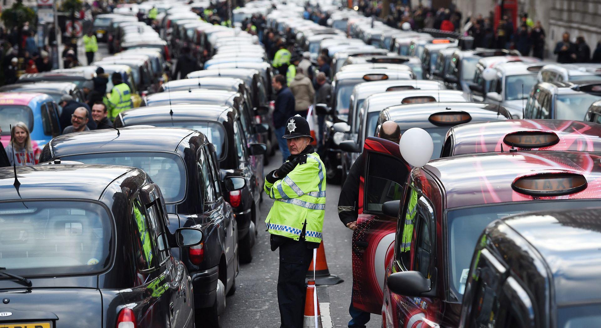 U Londonu 8000 crnih taksija blokiralo središte grada u prosvjedu protiv Ubera