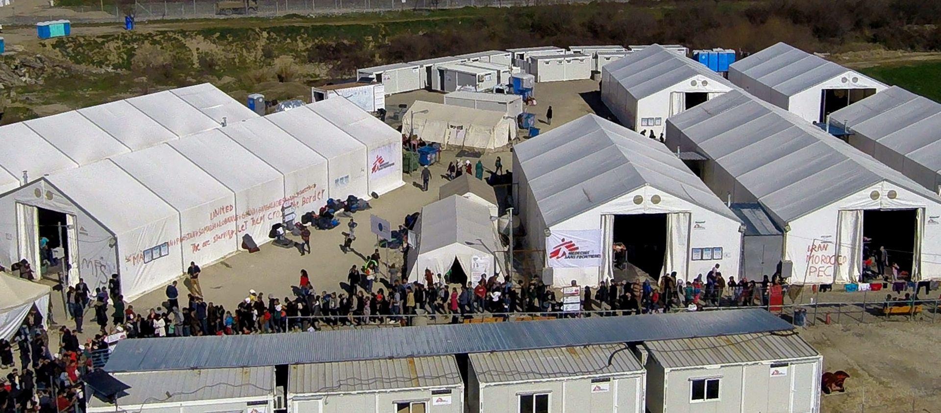 Grčka policija počela uklanjati migrante s granice s Makedonijom