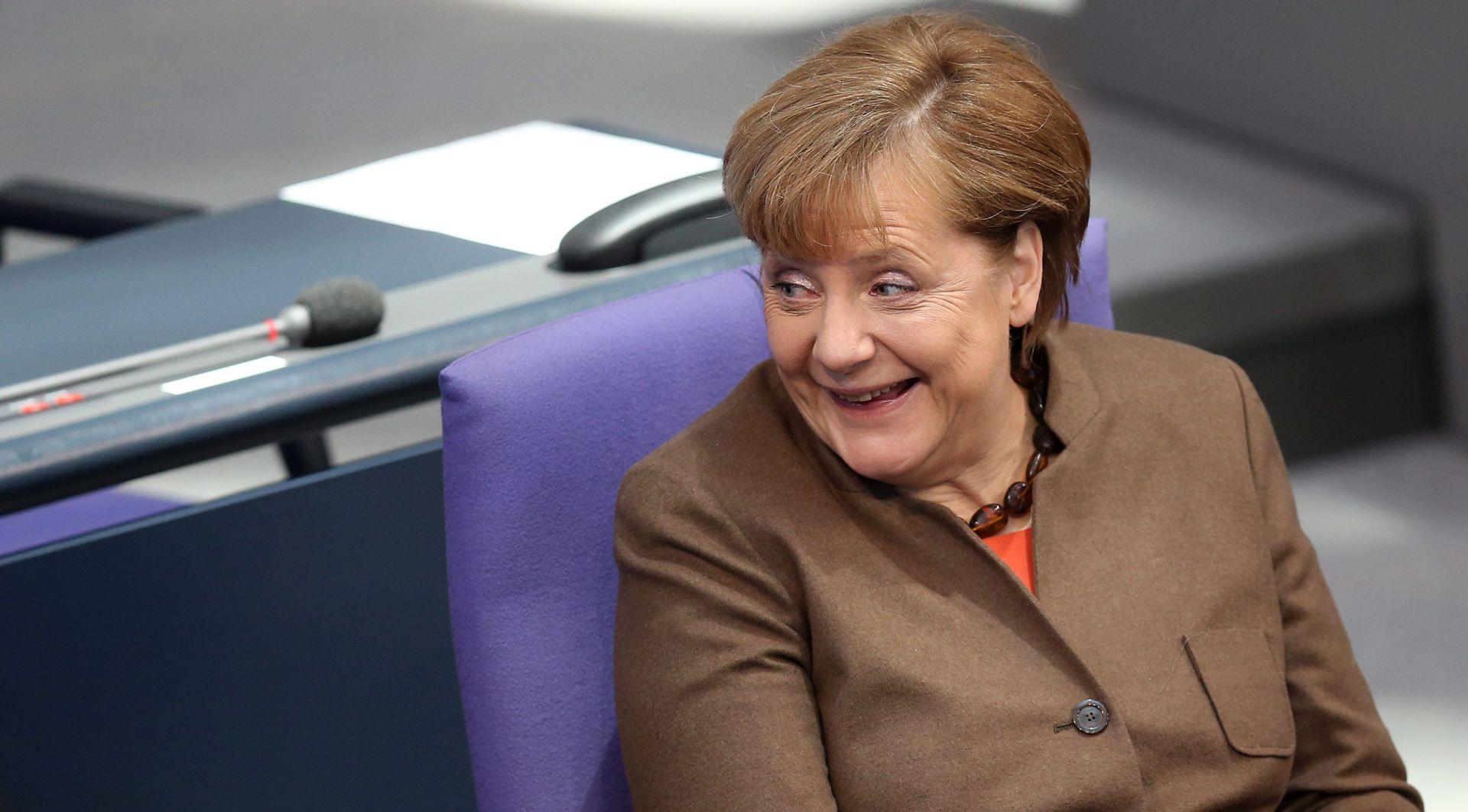 Fanovi cvijećem zatrpali ured kancelarke Merkel