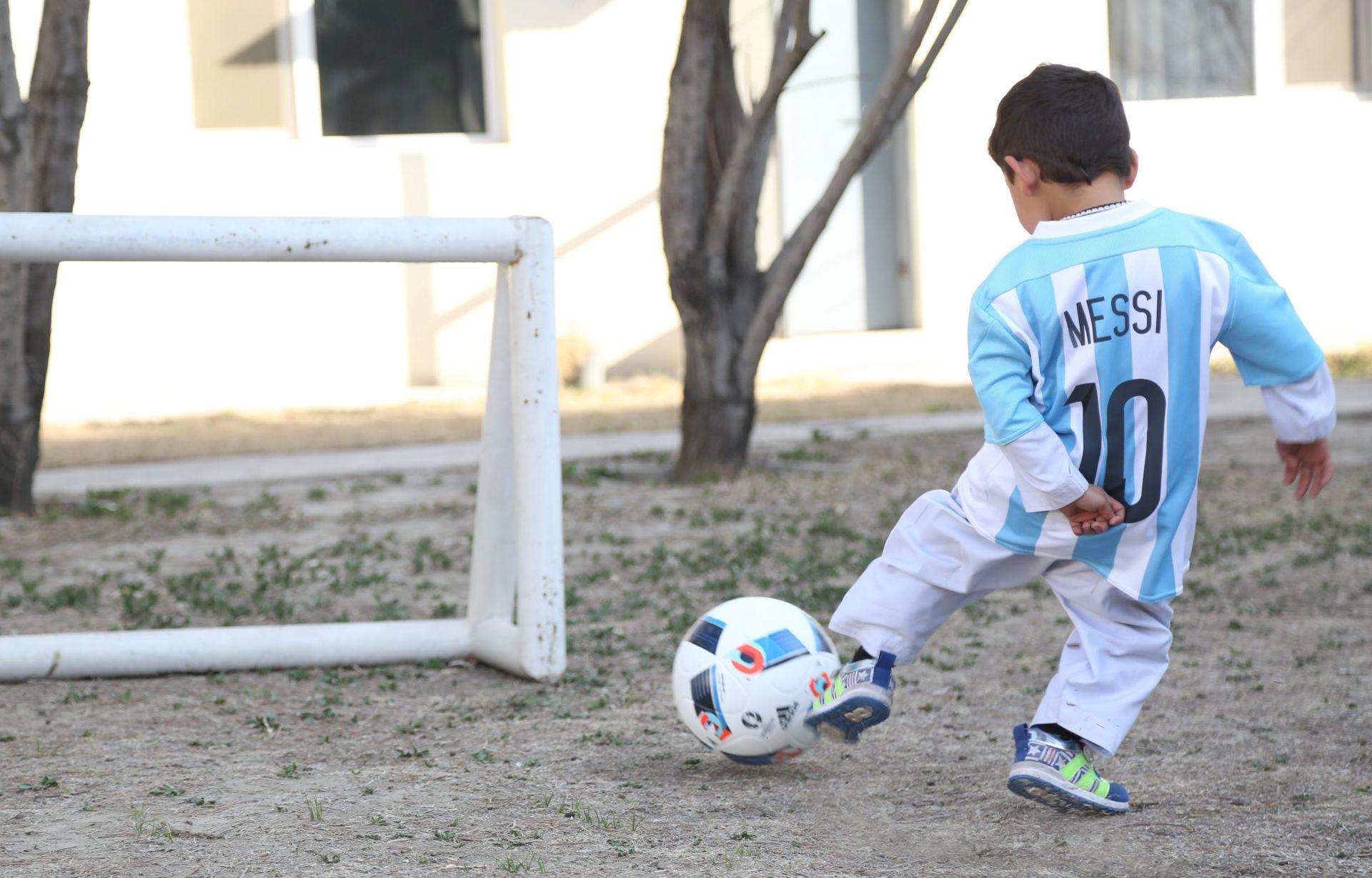 FOTO: UNICEF 'Mali Messi' iz Afganistana napokon dobio pravi argentinski dres