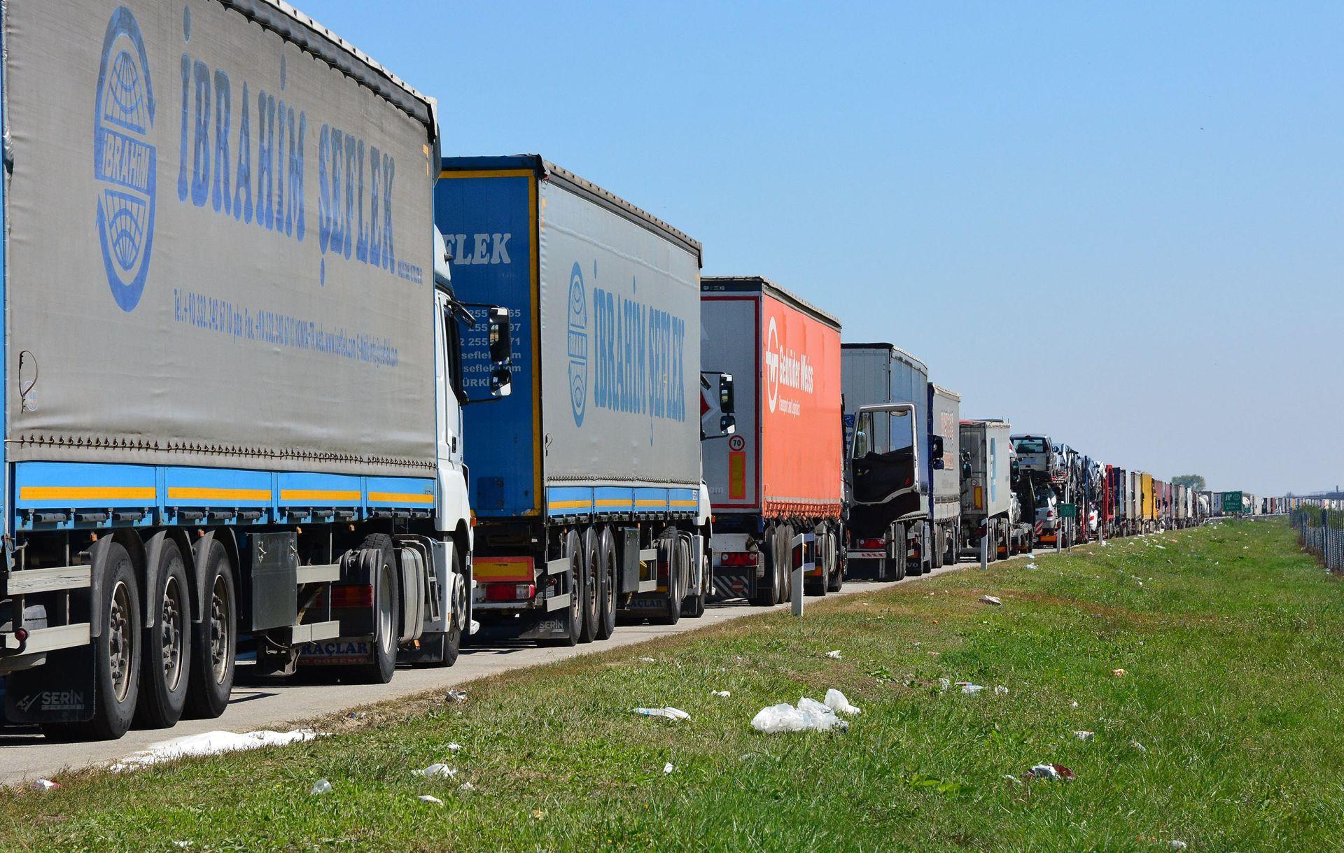 VEĆA KONTROLA: Kolone kamiona na granici Srbije prema Mađarskoj i Hrvatskoj zbog migranata