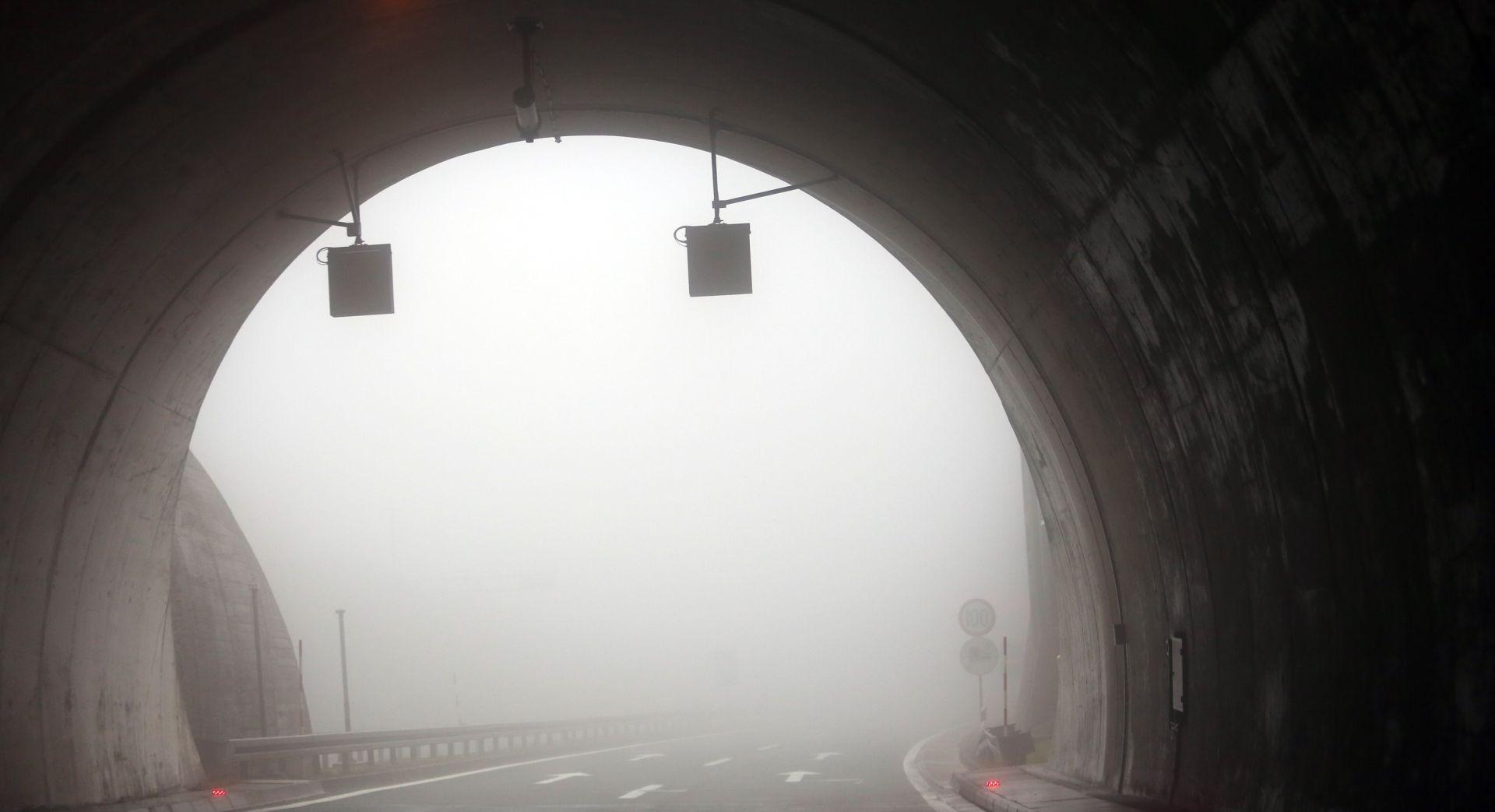 HAK Snijeg u sjeverozapadnoj Hrvatskoj, u ostatku zemlje mokri i skliski kolnici, magla smanjuje vidljivost