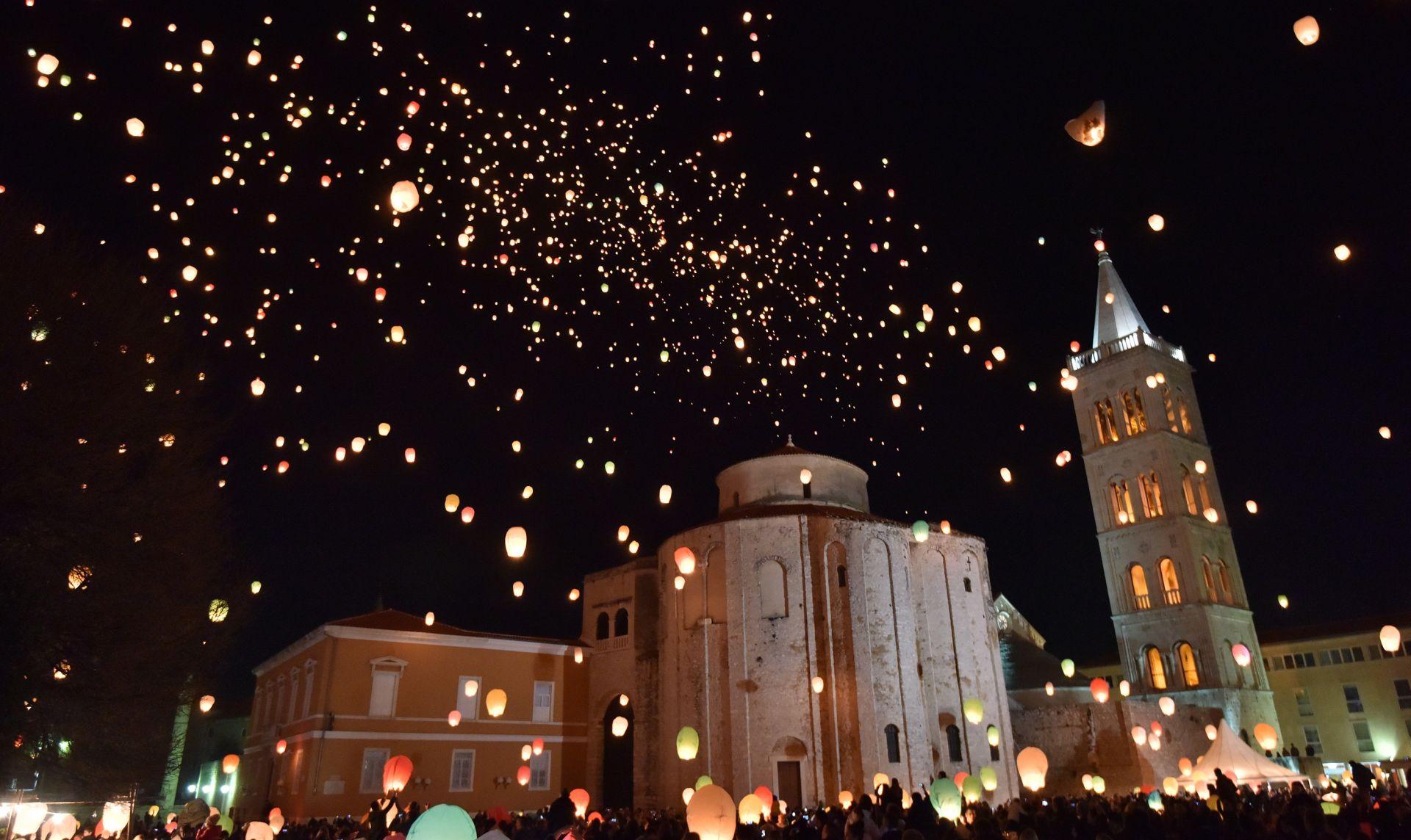 FOTO: BAJKOVITI PRIZORI IZ ZADRA Tisuće lampiona poletjelo nad Forumom