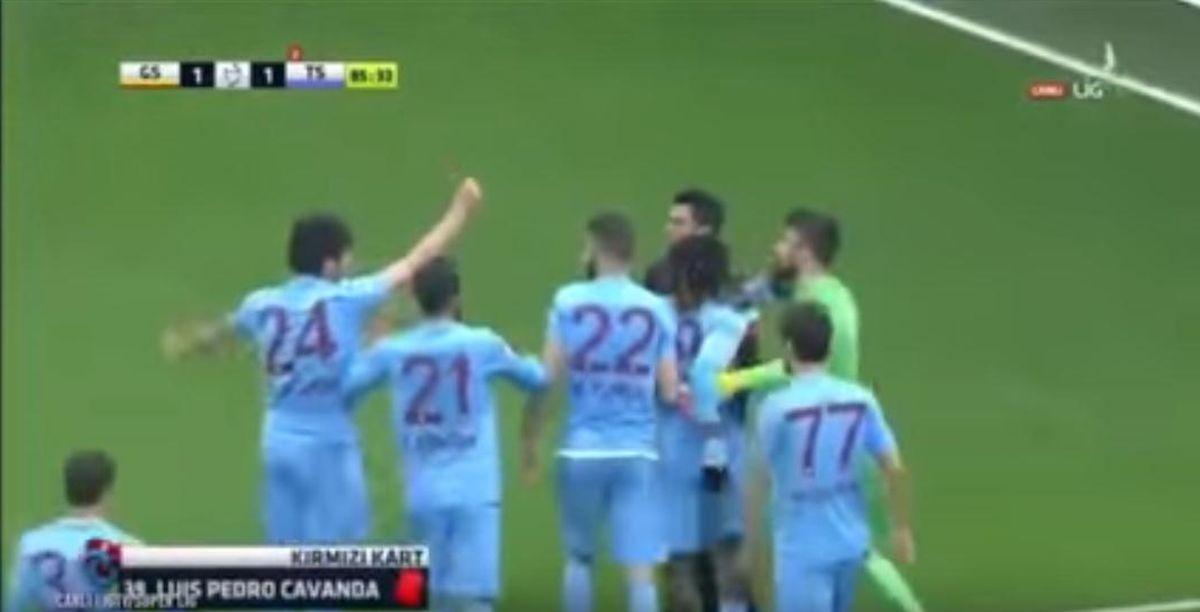 VIDEO: CIRKUS U TURSKOJ Turski nogometaš pokazao crveni karton sucu pa – pocrvenio