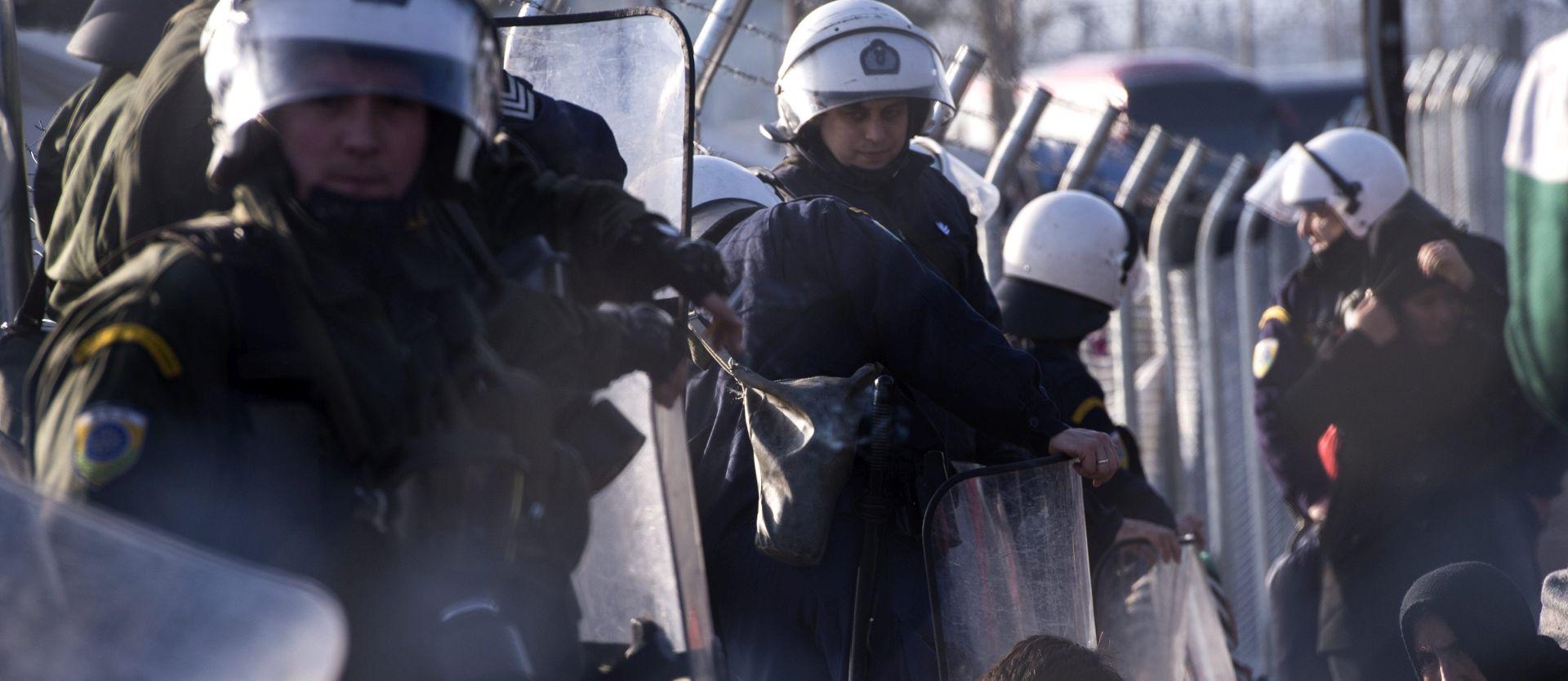 KAOS U GEVGELIJI: Izbjeglice probili ogradu, makedonska policija odgovorila suzavcem