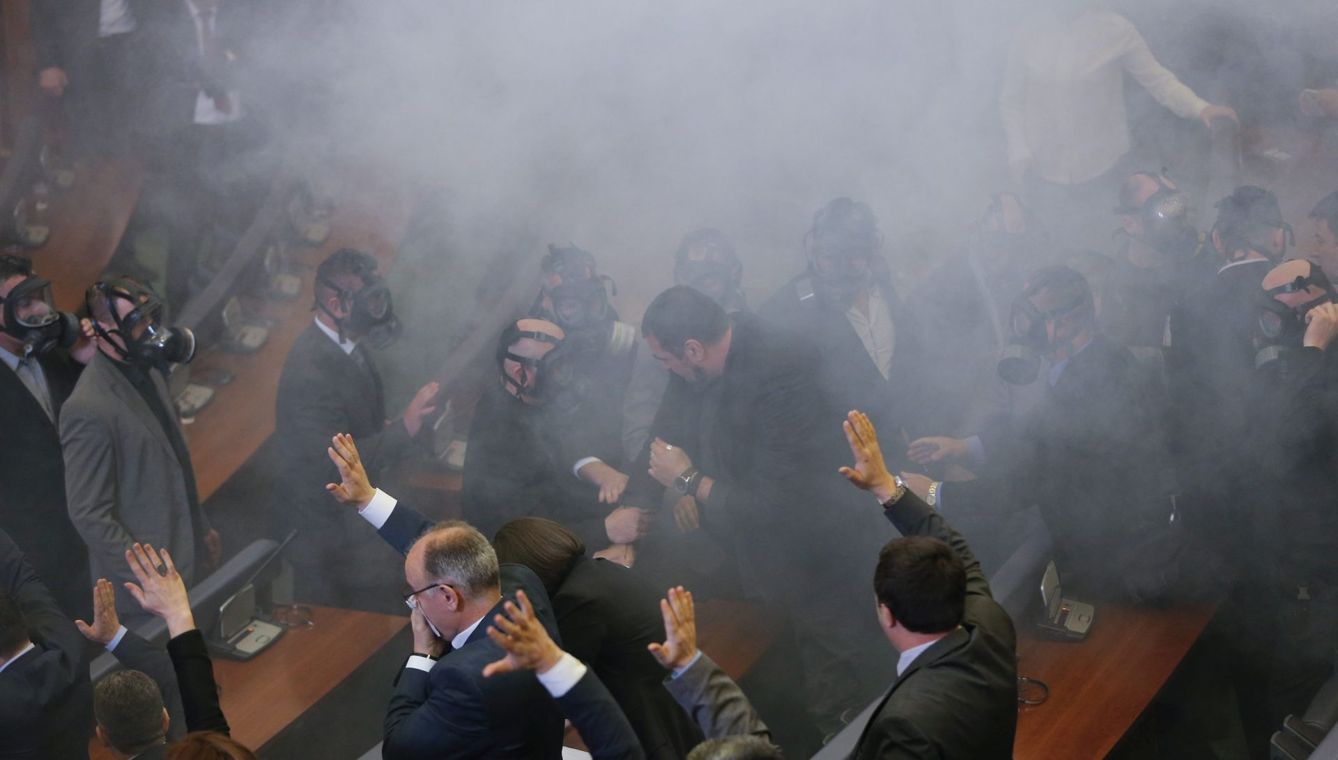 REAGIRALA POLICIJA: Kosovska oporba suzavcem prekinula prvo zasjedanje parlamenta