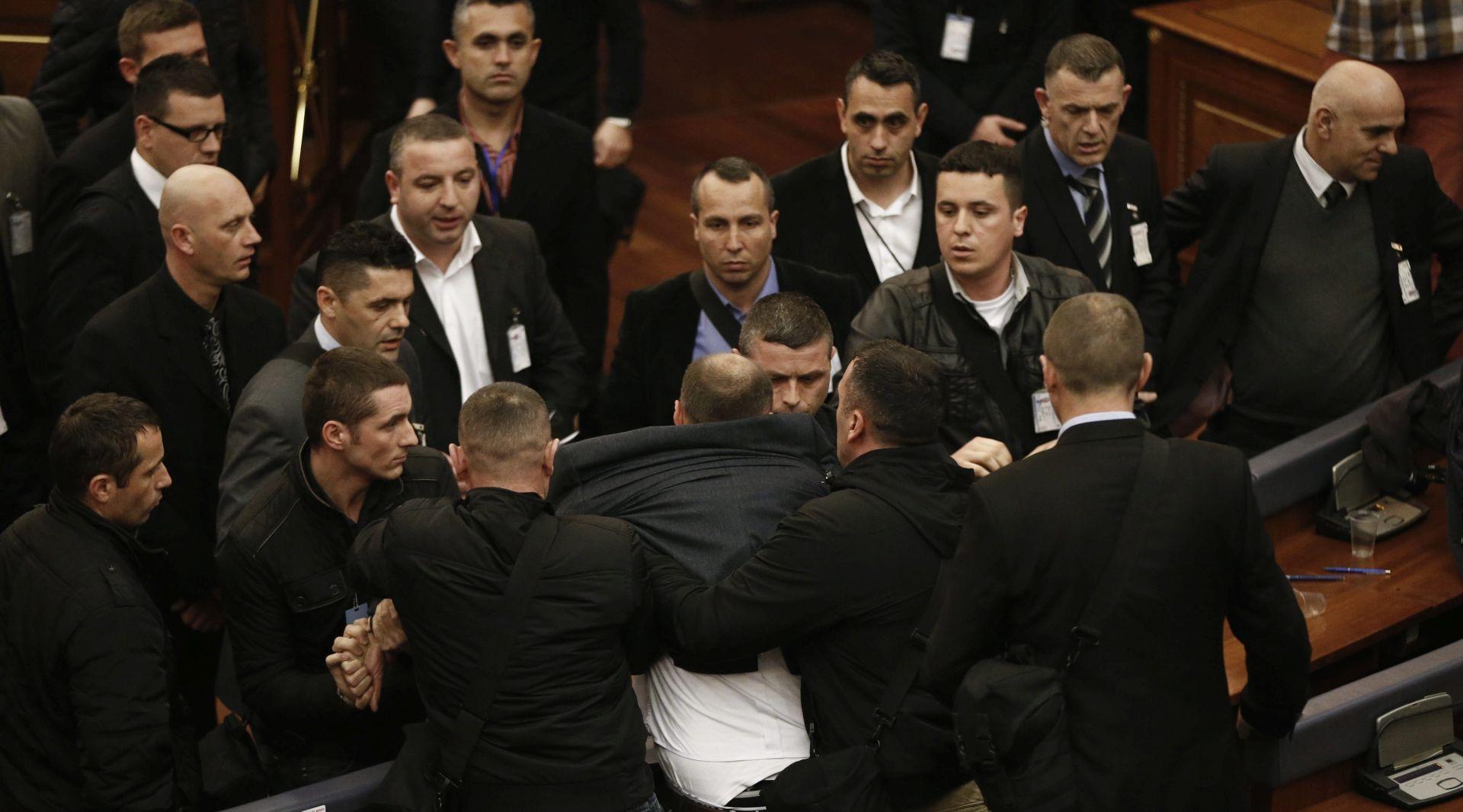 PREKINUTO ZASJEDANJE: Kosovska oporba suzavcem opstruira izbor predsjednika države