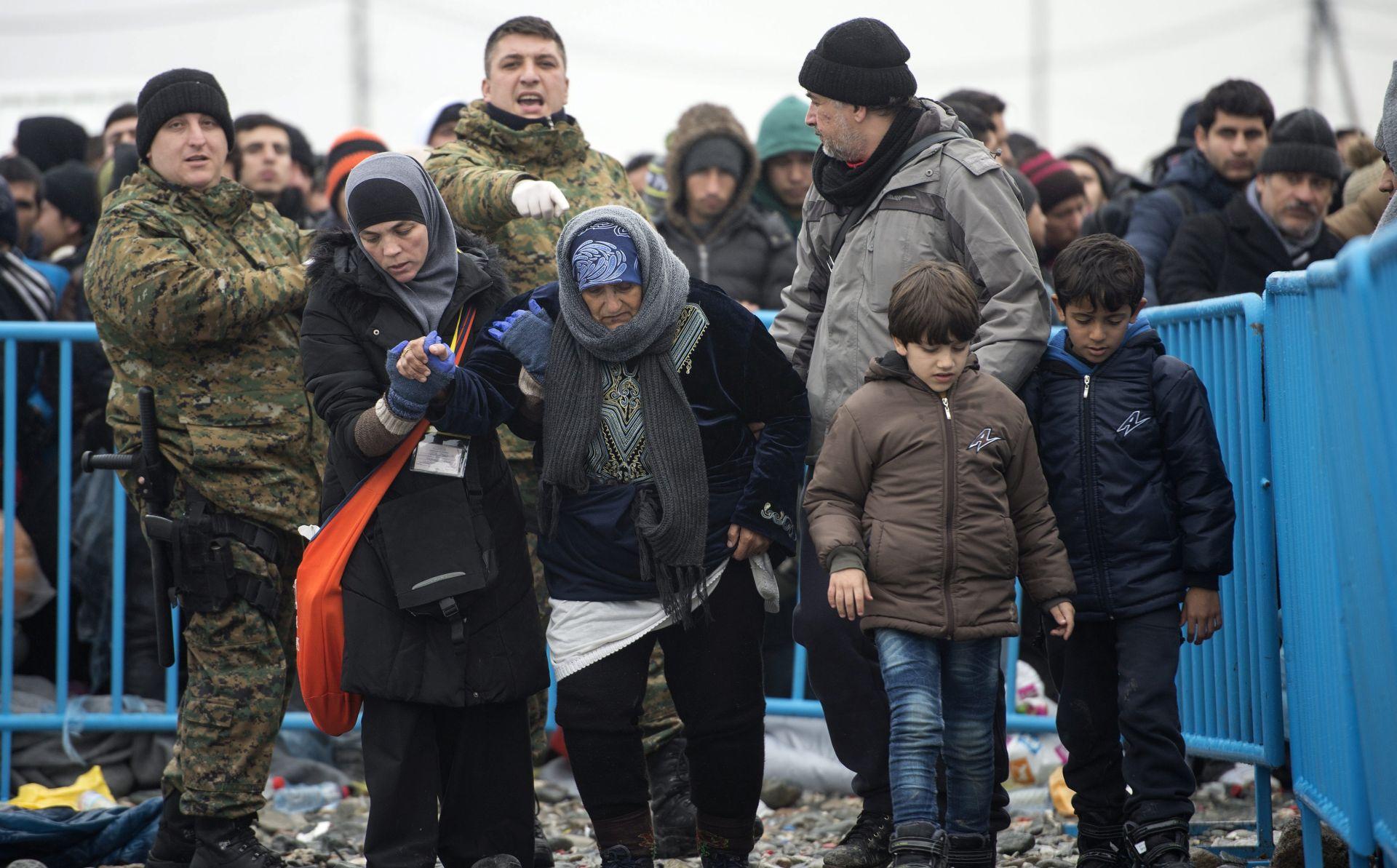 NAKON BLOKADE: Migranti pješice autocestom idu prema Makedoniji