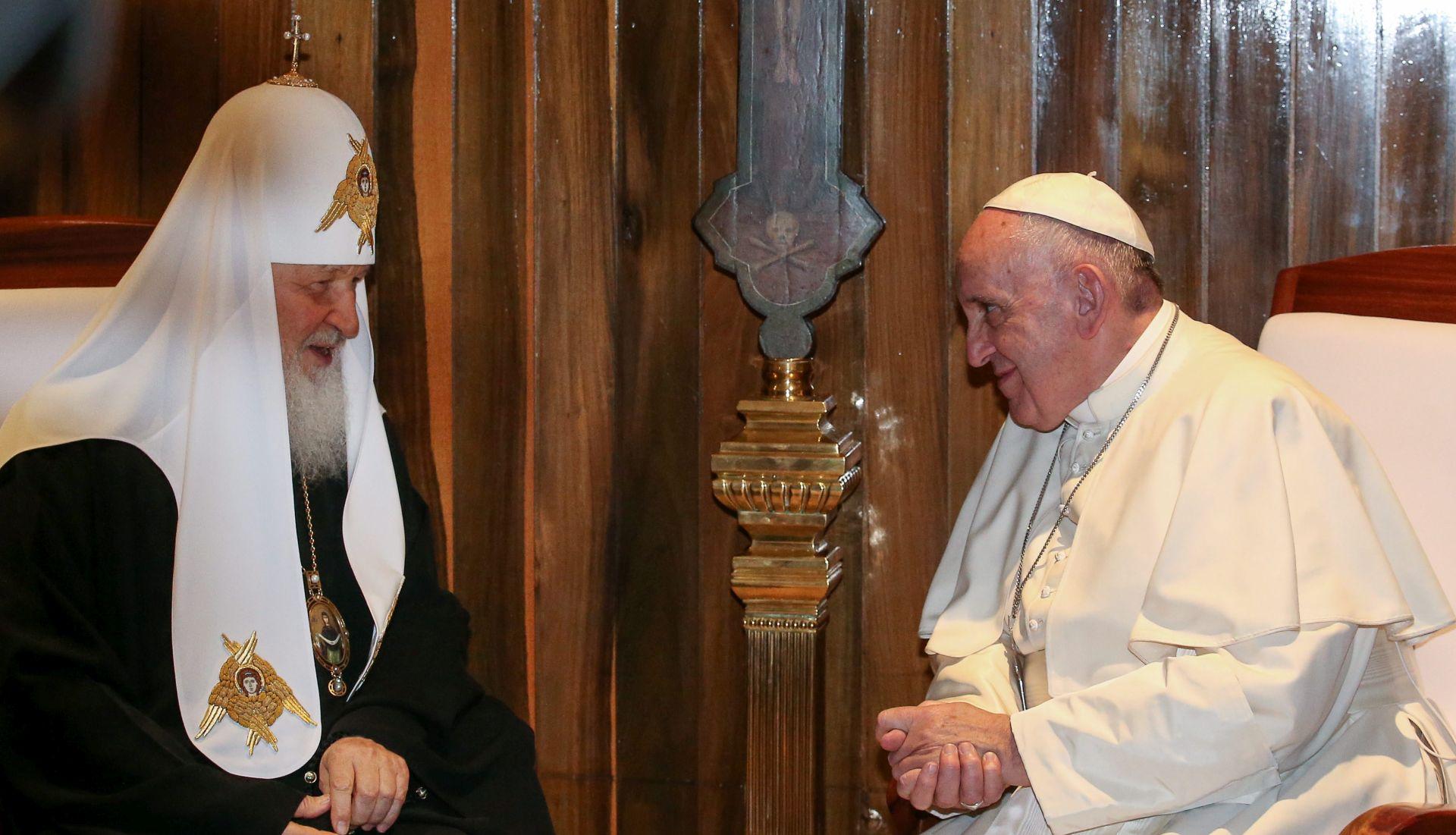 ISTOČNA I ZAPADNA CRKVA: Papa i ruski patrijarh se zagrlili na povijesnom susretu
