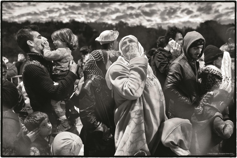 Hotspot de Moria, Lesbos, Grèce. L'attente pour les formalités d'enregistrement dure de longues heures en raison du grand nombre de réfugiés arrivés chaque jour sur l''île, forçant nombre d'entre eux à passer la nuit au camp, dans des conditions précaires. © Marie Dorigny / European Union 2015