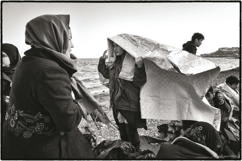 Lesbos, Grèce. Les réfugiés en provenance de Turquie arrivent tous les jours, par centaines, sur les côtes de l'île de Lesbos. Les passagers de ces embarcations de fortune, et tout particulièrement les femmes et les enfants, sont très traumatisés par cette périlleuse traversée. © Marie Dorigny / European Union 2015