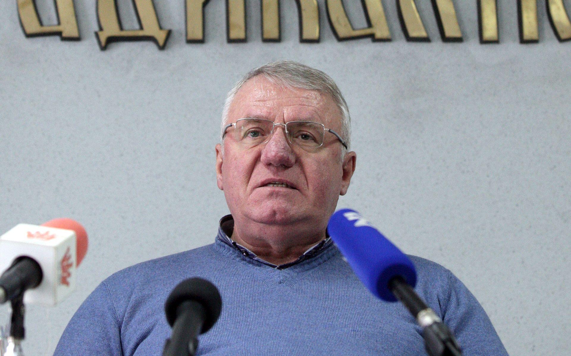 Šešelj govorom mržnje i uvredama novinara i NVO niječe genocid u Srebrenici