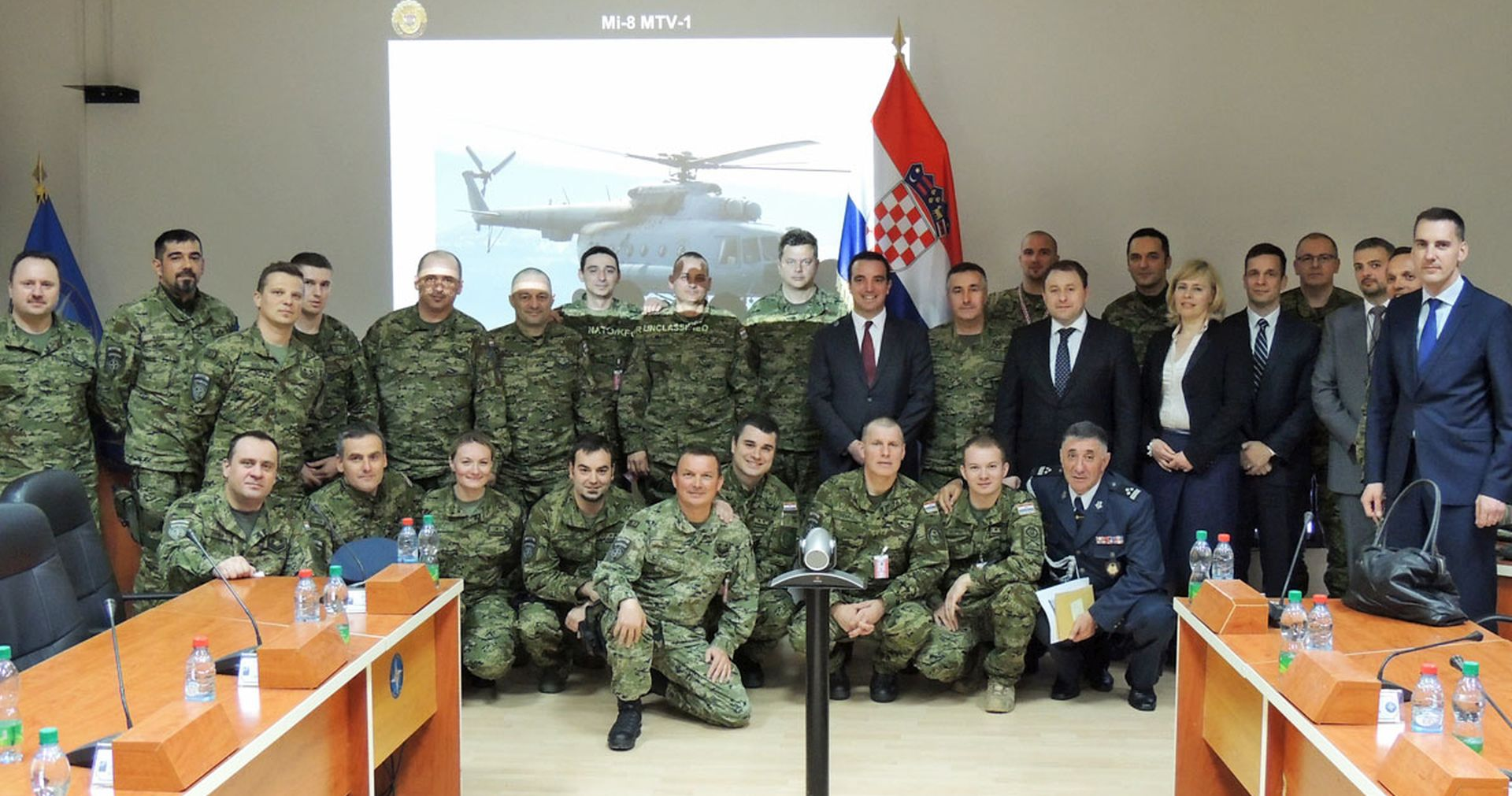 Ministar Buljević sa zapovjednikom KFOR-a i pripadnicima OS RH na Kosovu