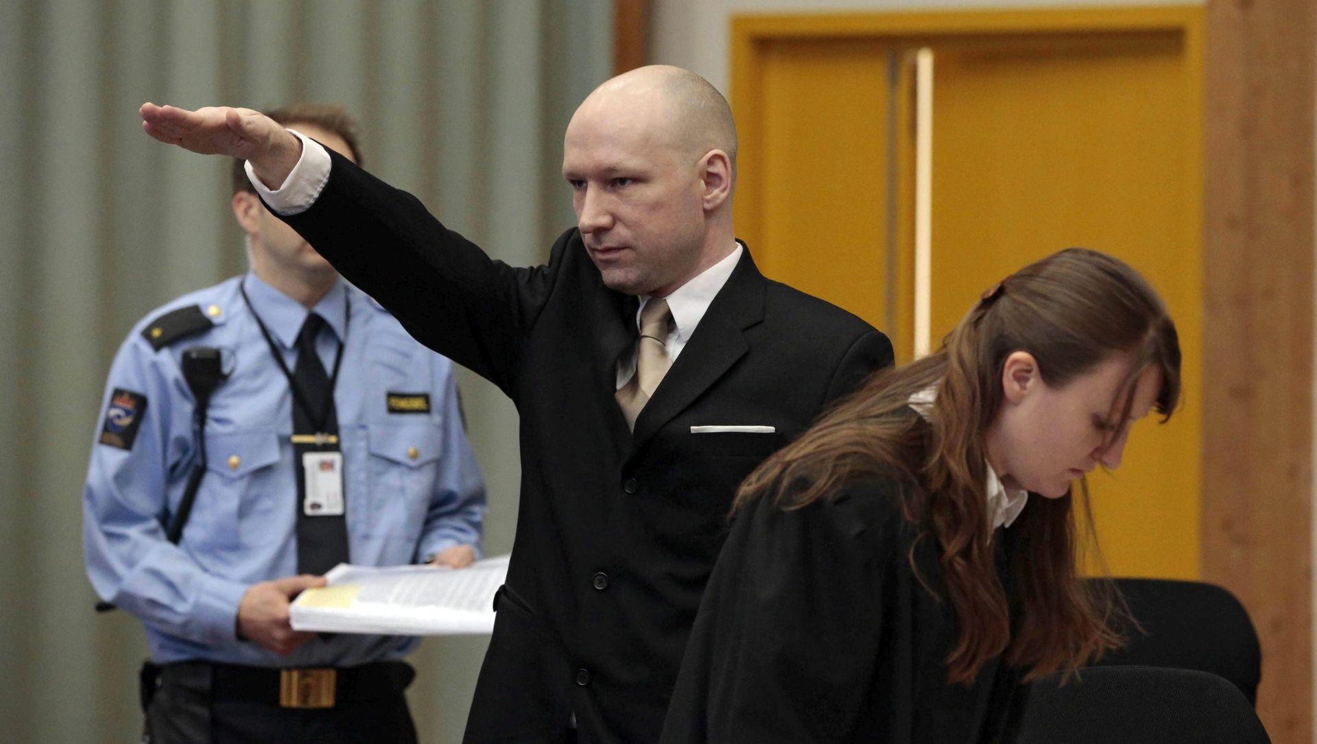 NORVEŠKI MONSTRUM TUŽI DRŽAVU Breivik uz nacistički pozdrav stigao na ročište