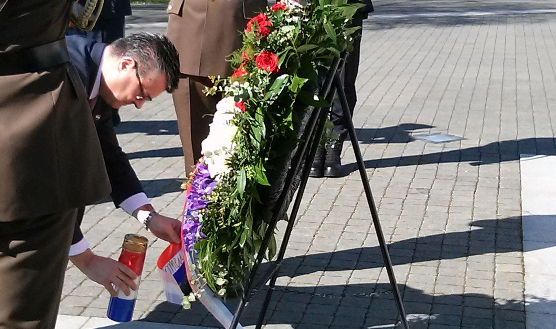 Premijer Orešković položio vijence u počast poginulima u obrani Vukovara