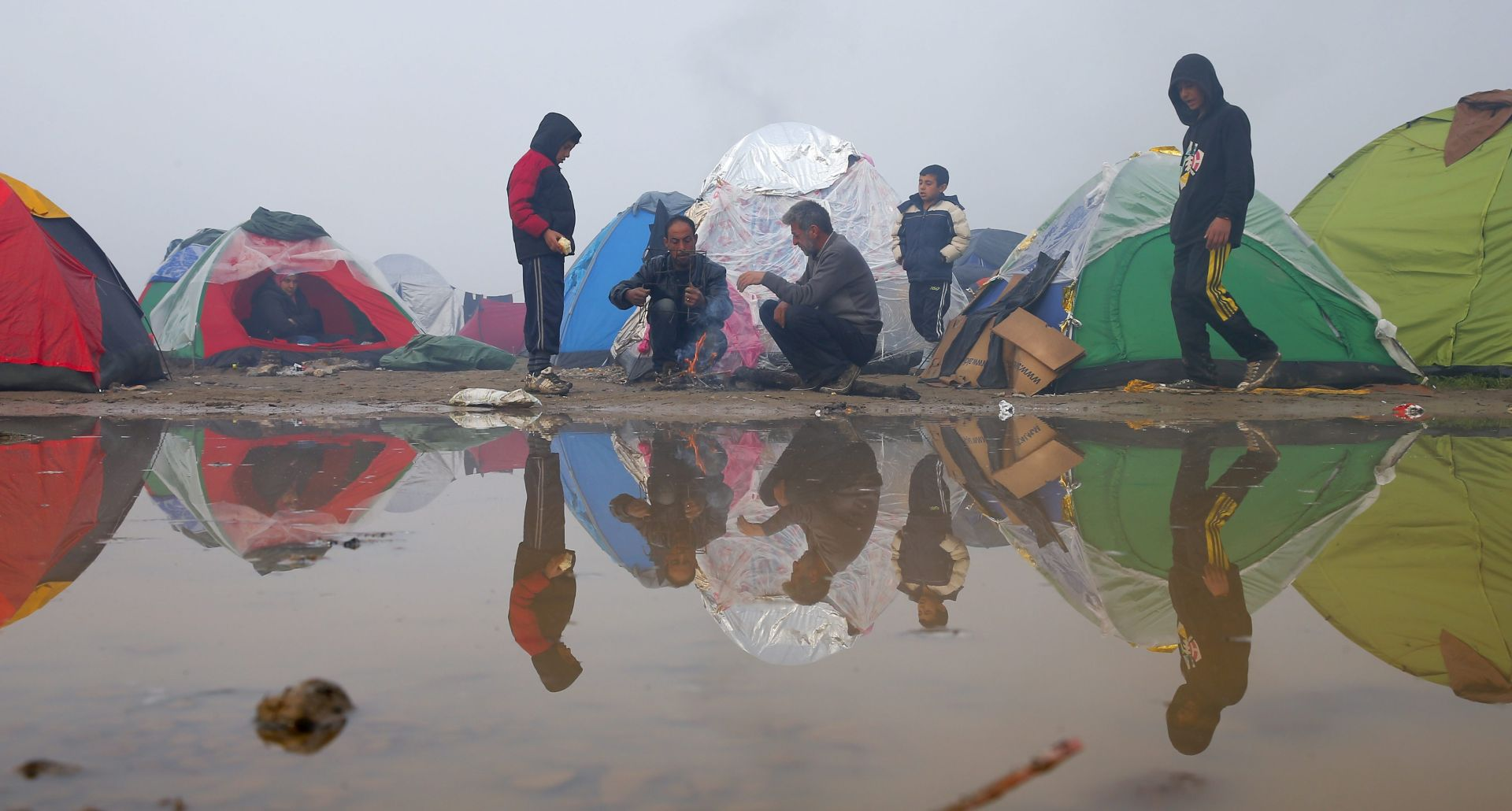 ZATVARANJE BALKANSKE RUTE: Migranti zaglavili u blatu na ničijoj zemlji između Makedonije i Srbije