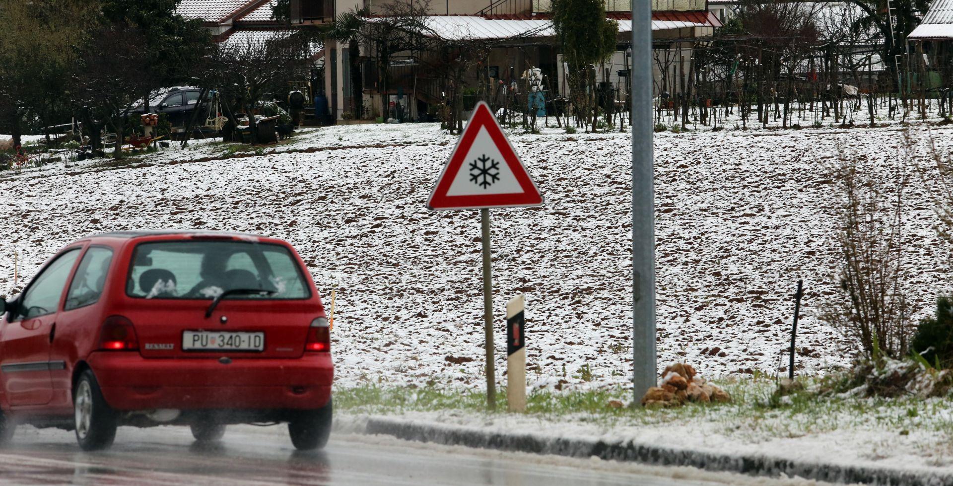 ZIMSKI UVJETI NA CESTAMA Zastoji u pomorskom prometu, snijeg i jak vjetar otežavaju promet