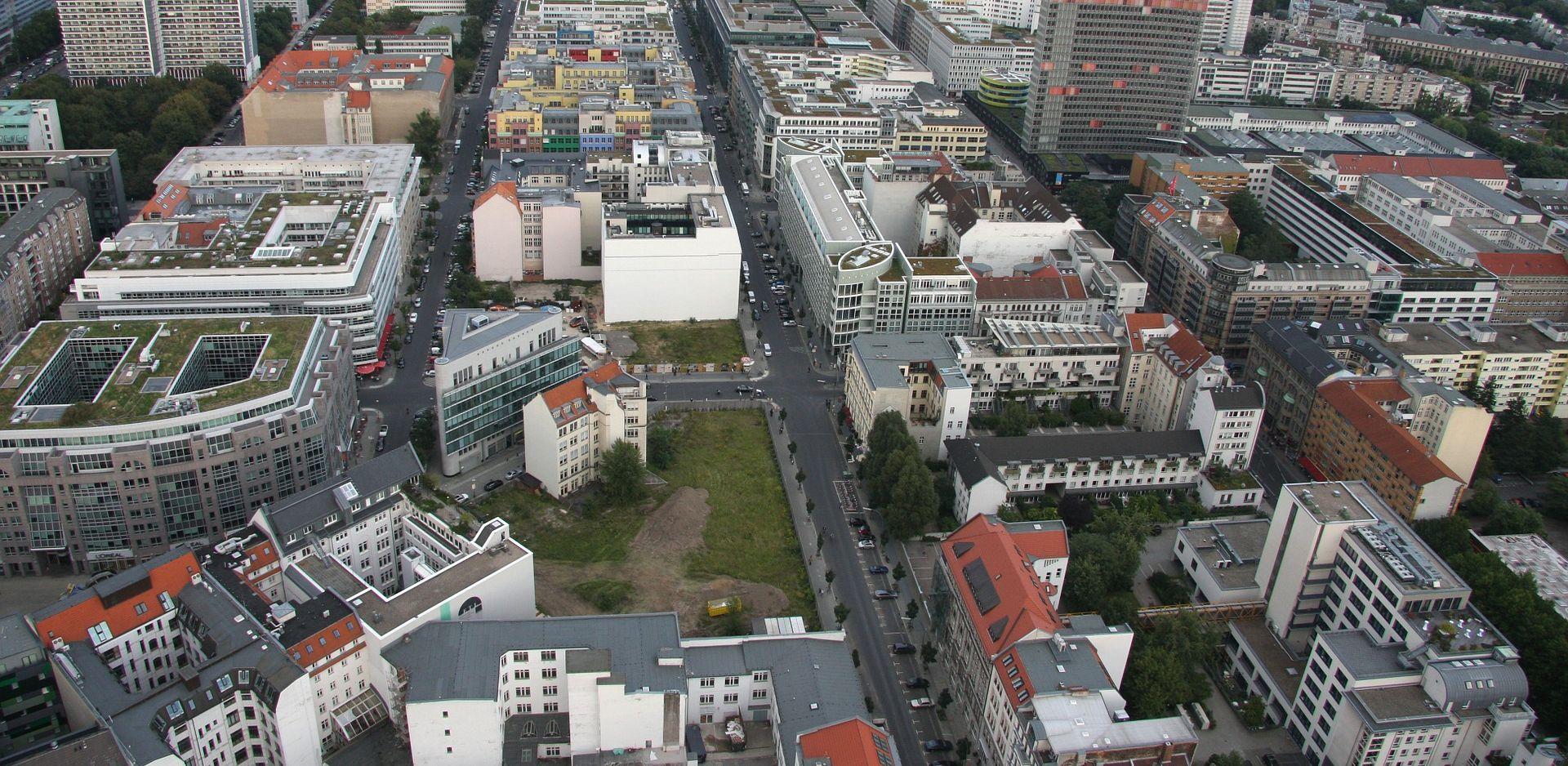 FOTO: PANIKA U BERLINU Srebrni Passat eksplodirao usred vožnje, vozač poginuo