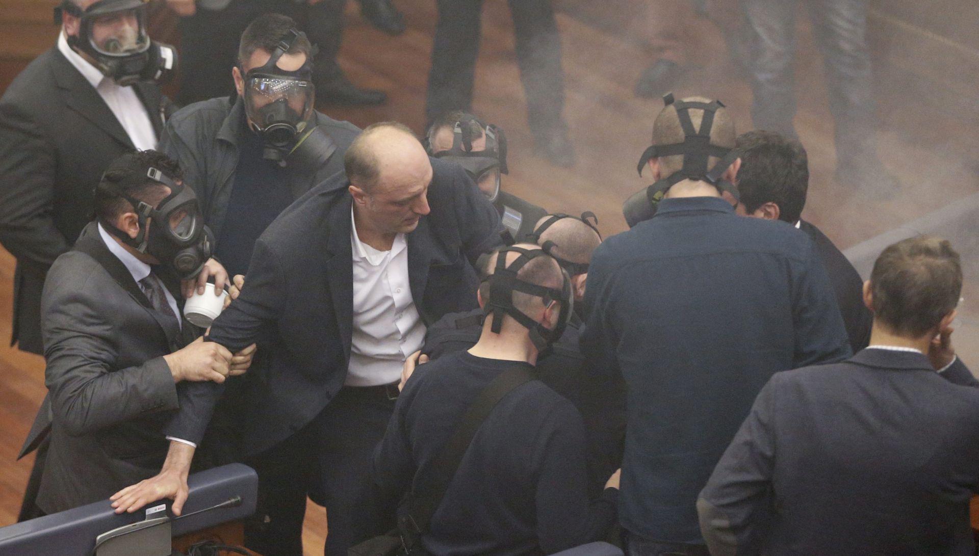 NOVI INCIDENT: U Skupštini Kosova bačen suzavac, premijer poliven vodom