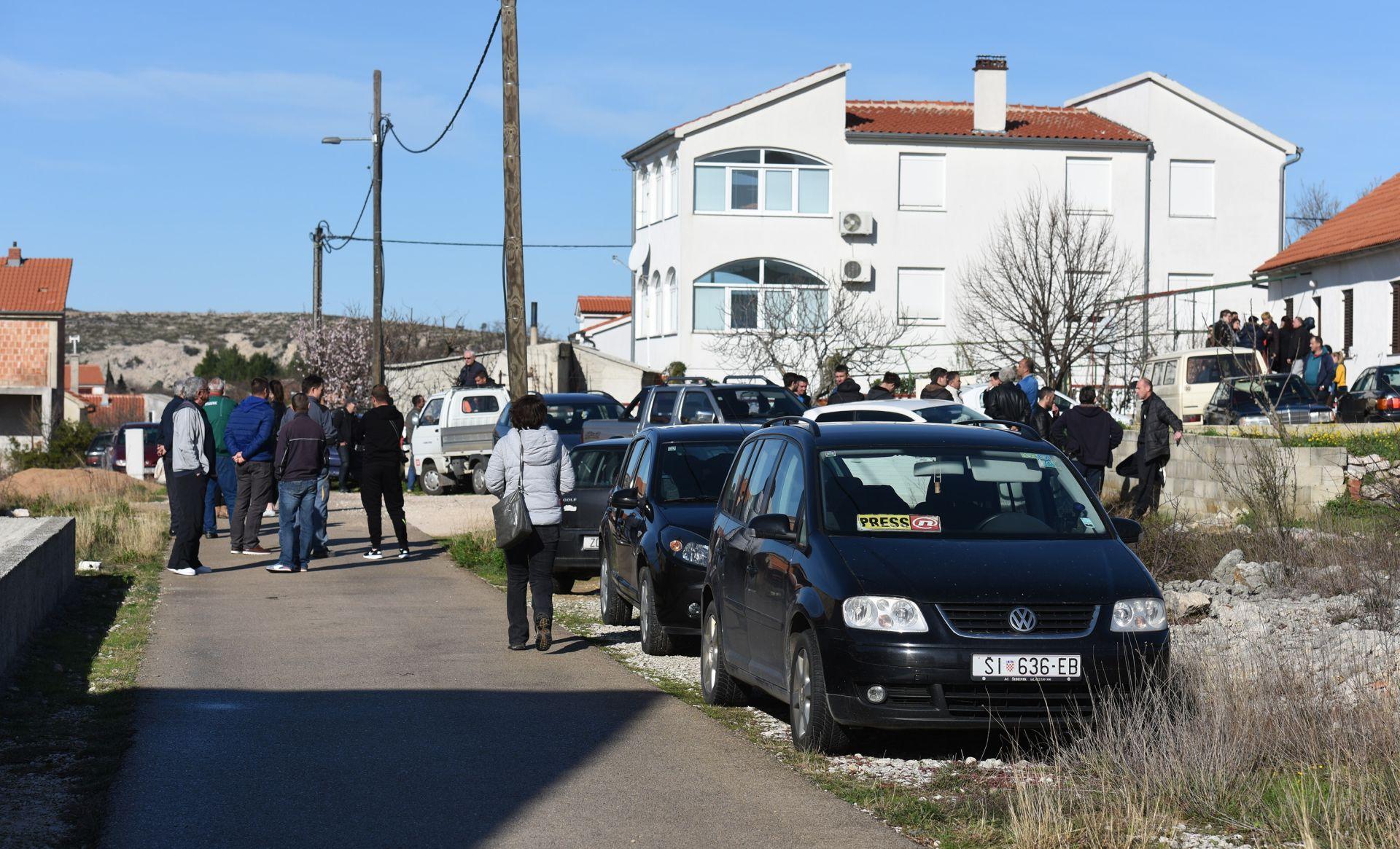DRAMA U MASLENICI KOD ZADRA: Socijalni radnici žele oduzeti djecu roditeljima, mještani napravili blokadu