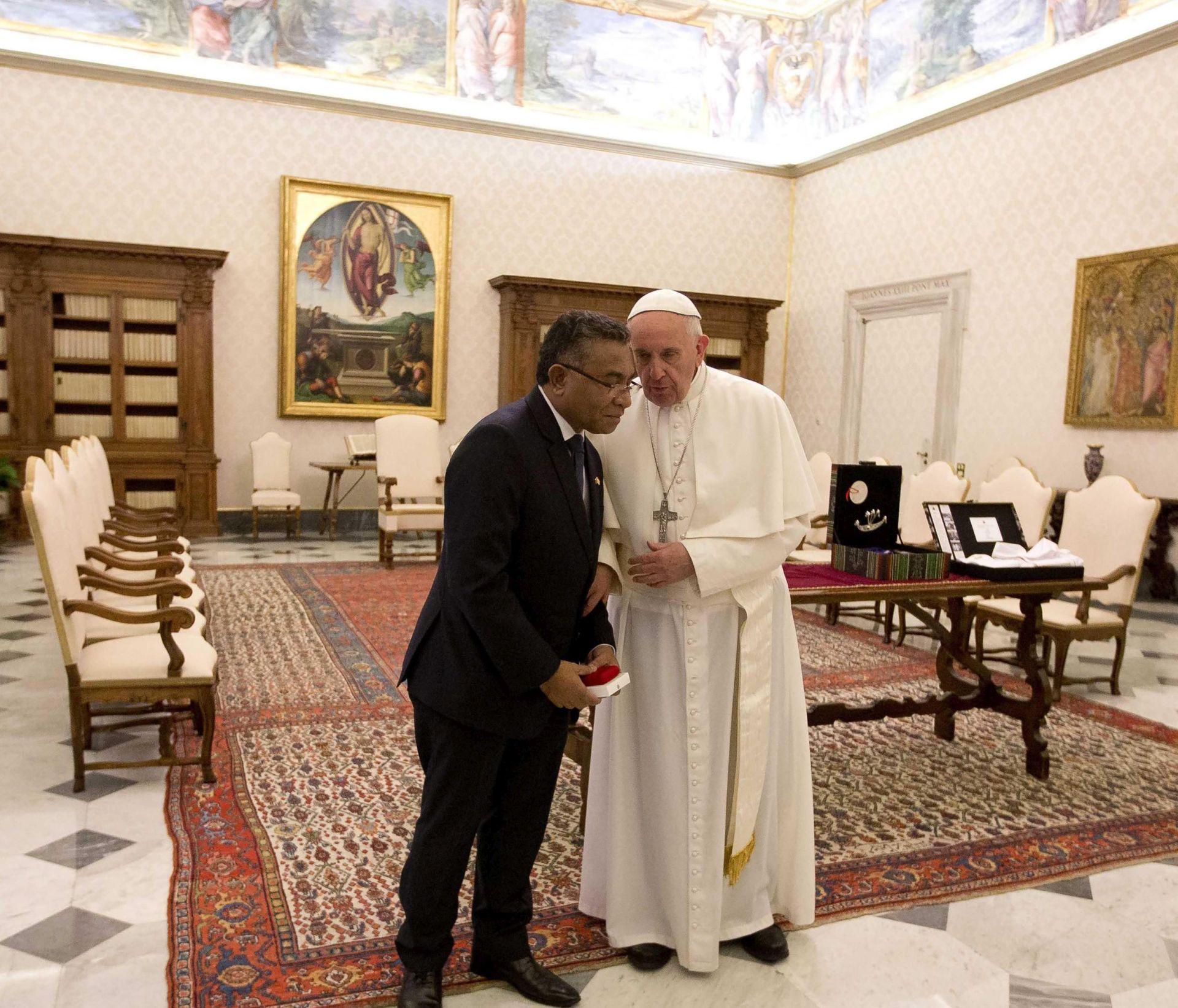 PROMJENA AKTUALNOG PROTOKOLA? Papa uskoro prima razvedene šefove katoličkih država s novim suprugama