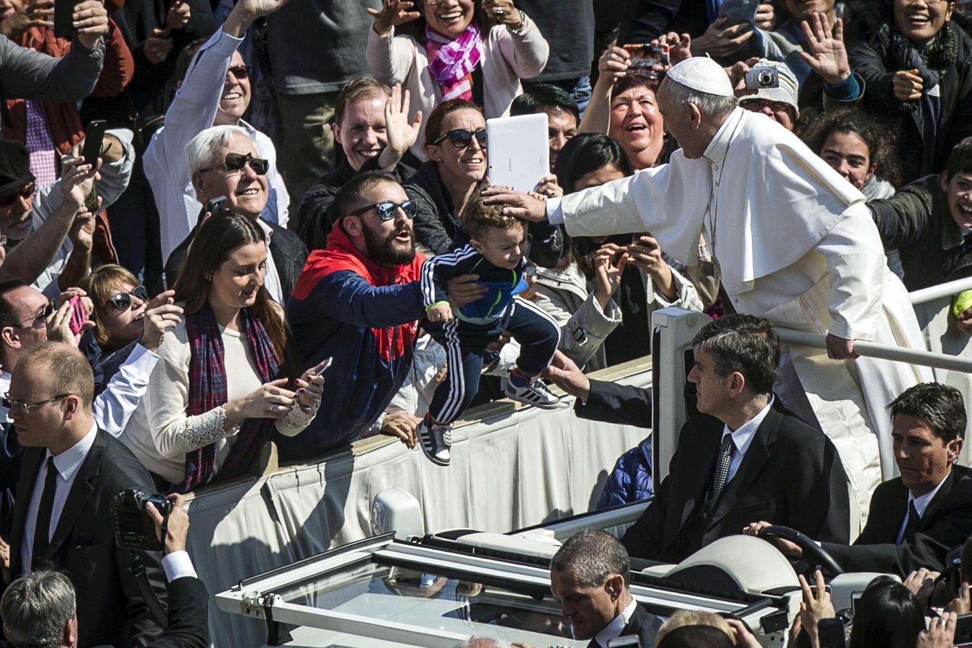 USKRSNA PORUKA: Papa podsjetio na stradanja u svijetu