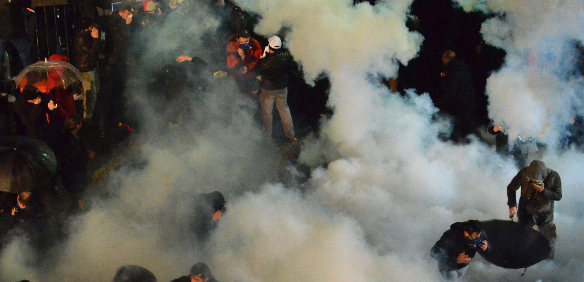 BRUTALNA CENZURA: Policija suzavcem i vodenim topovima na veliki dnevni list nesklon Erdoganu