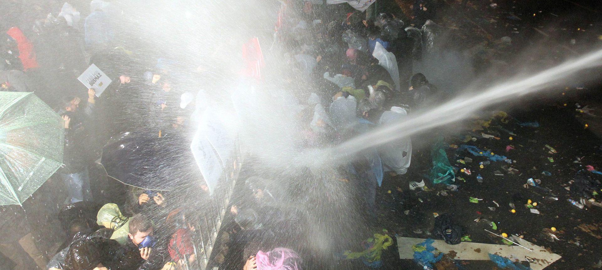 UNATOČ MEĐUNARODNIM KRITIKAMA: Turska policija bacala suzavac drugi dan zaredom nakon zauzimanja lista Zaman