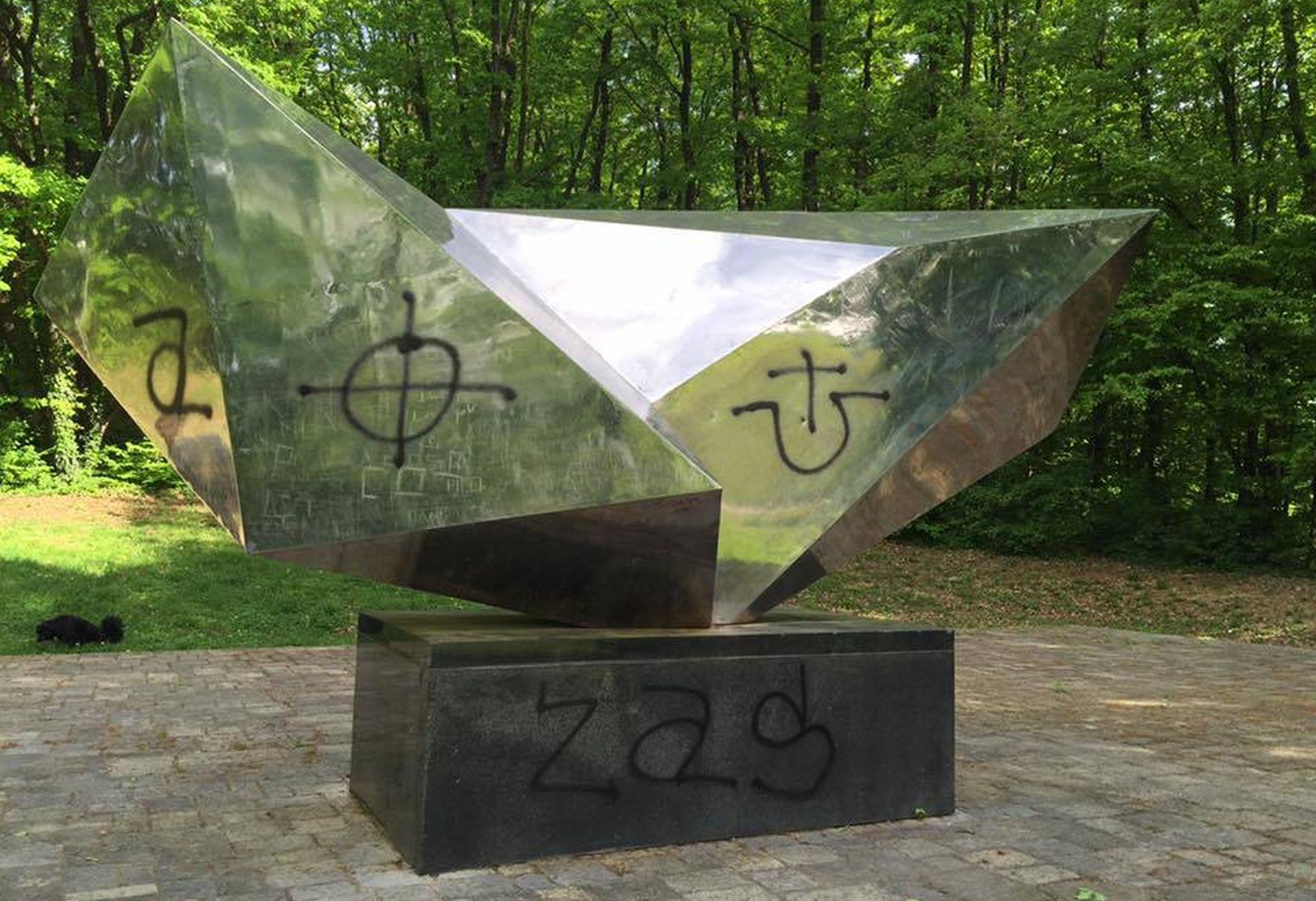 FOTO: SPOMEN PARK DOTRŠČINA Na spomeniku žrtvama fašizma osvanuli ustaški i nacistički grafiti