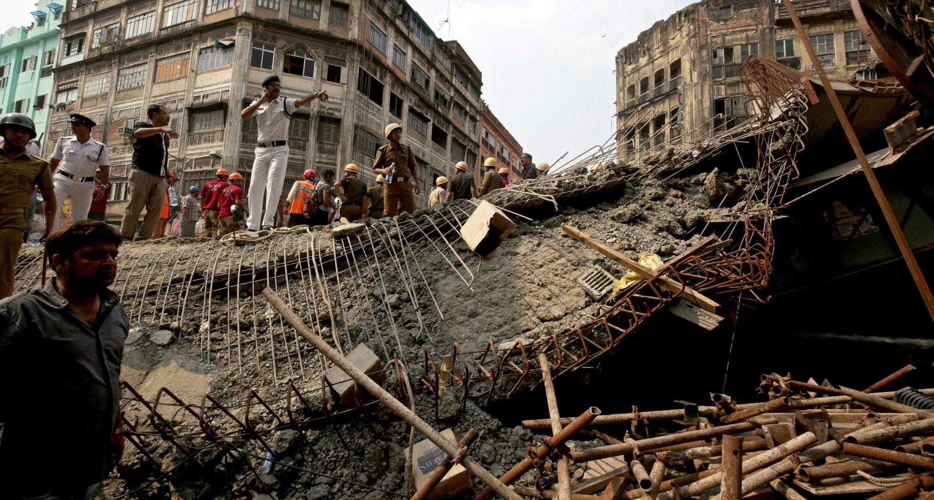 INDIJA Najmanje 23 osobe poginule u jučerašnjem urušavanju nadvožnjaka, brojni ljudi zatrpani u ruševinama